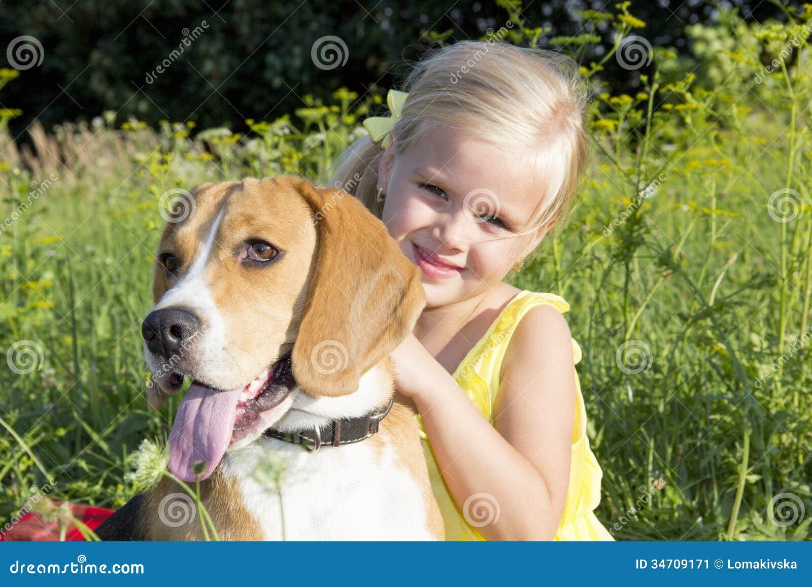 Liten flicka med en hund