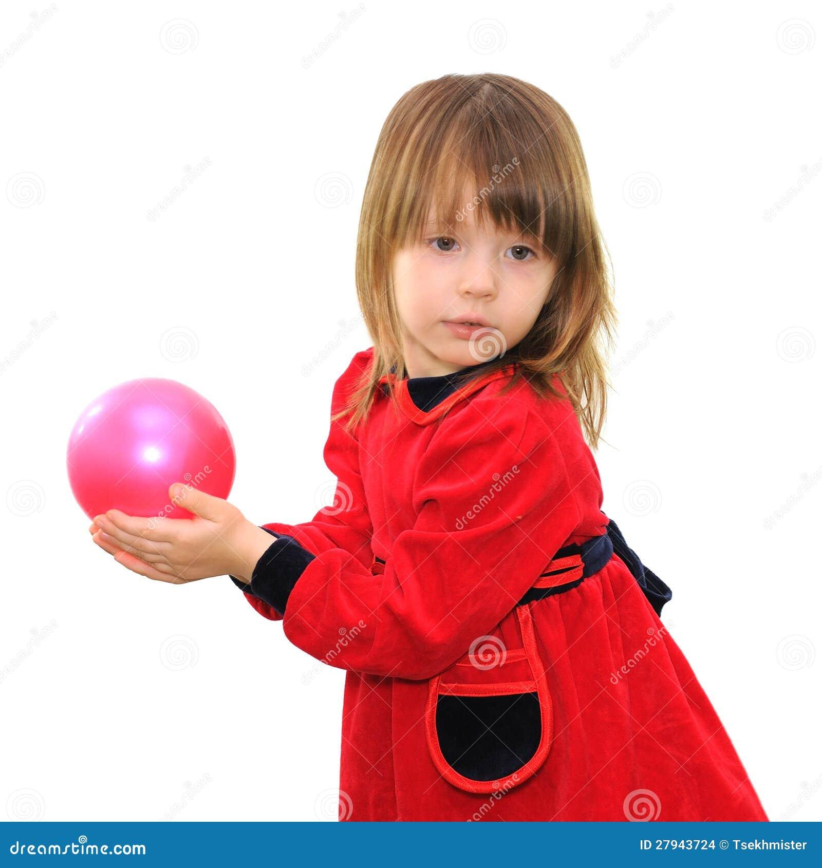 Liten flicka med en rosa boll