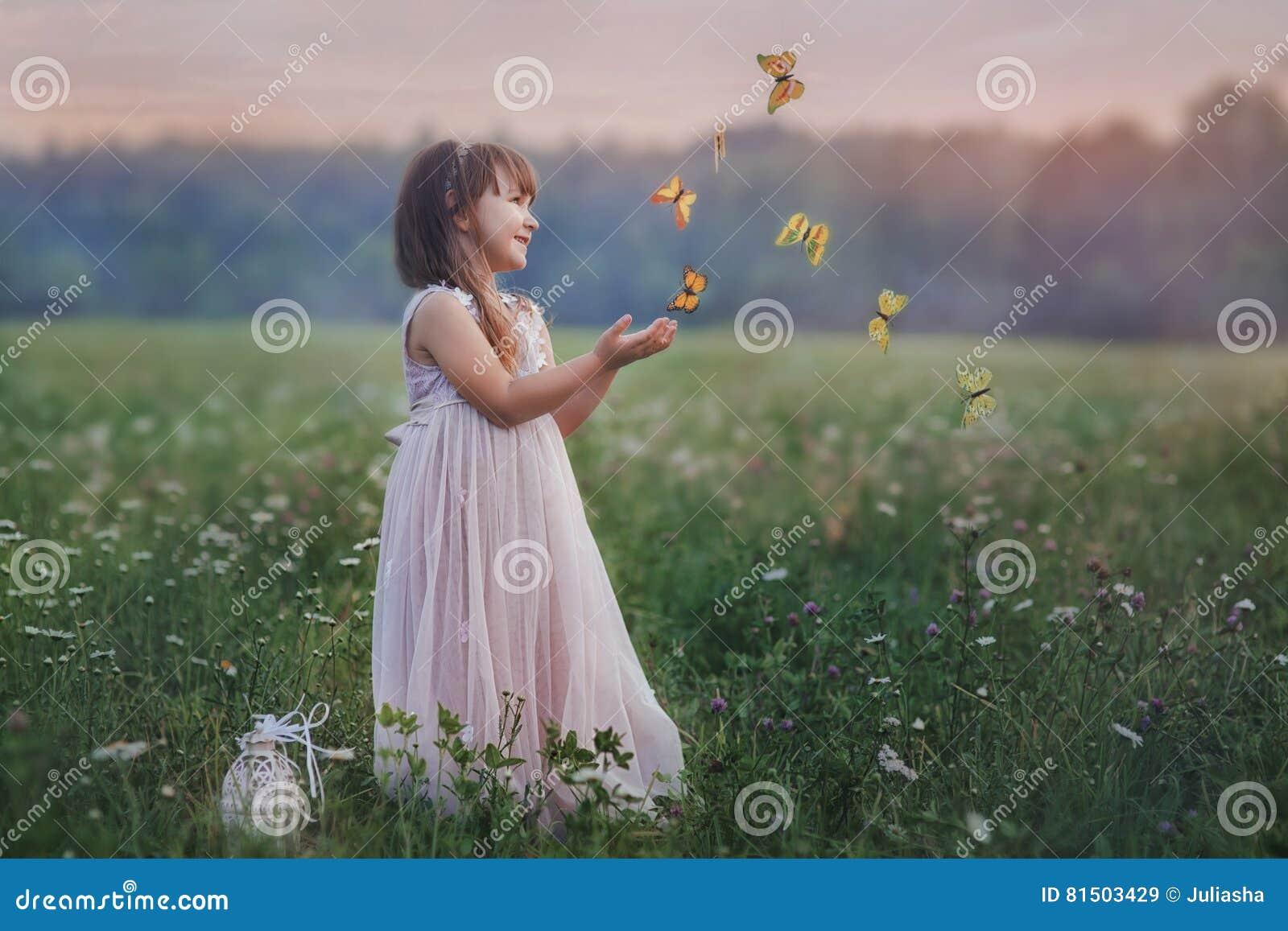 Liten flicka med fjärilar