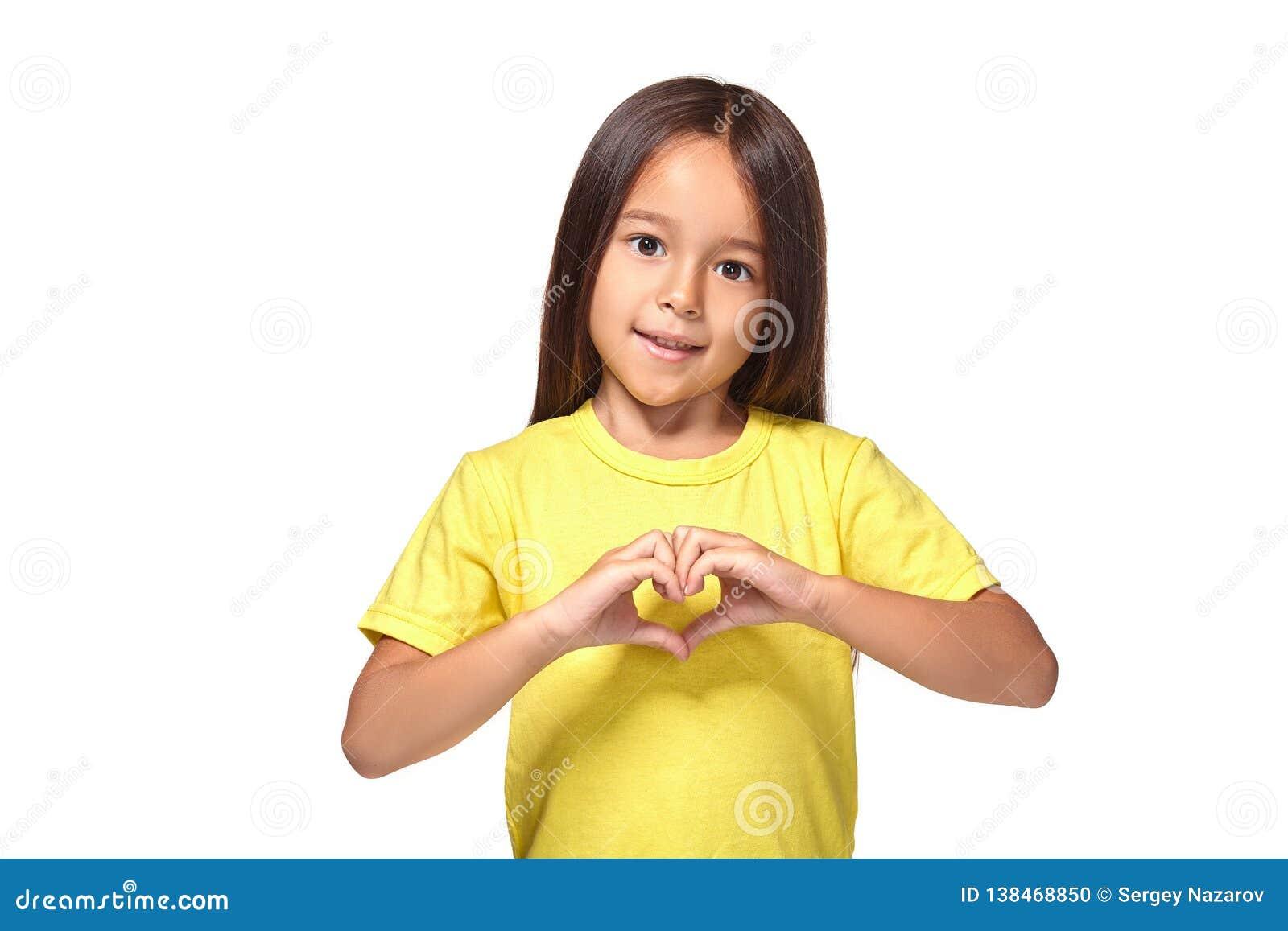 Liten flicka med hennes händer, i hjärta-format