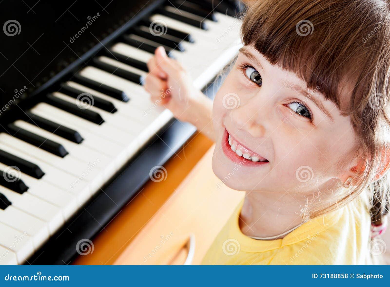 Liten flicka med pianot