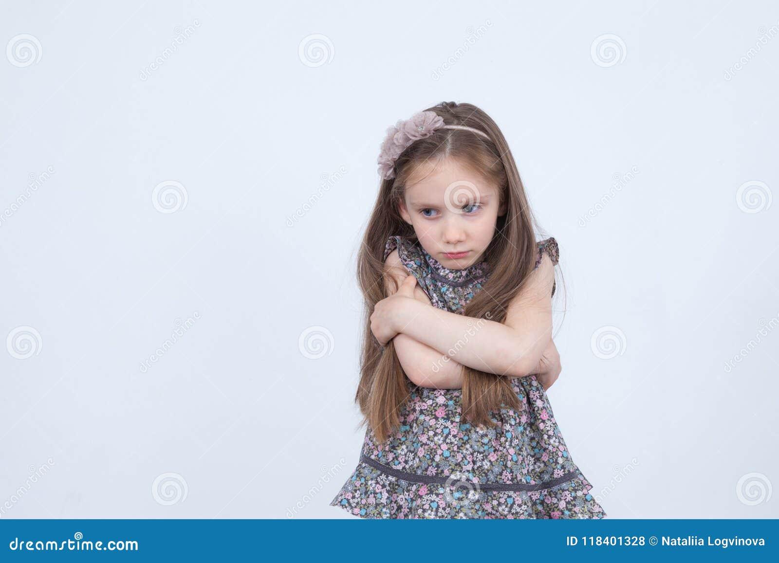Liten flicka med uppriven sinnesrörelse Olyckligt och upprivet barn Litet barn i dåligt lynne emotionell flicka Ilskna sinnesröre