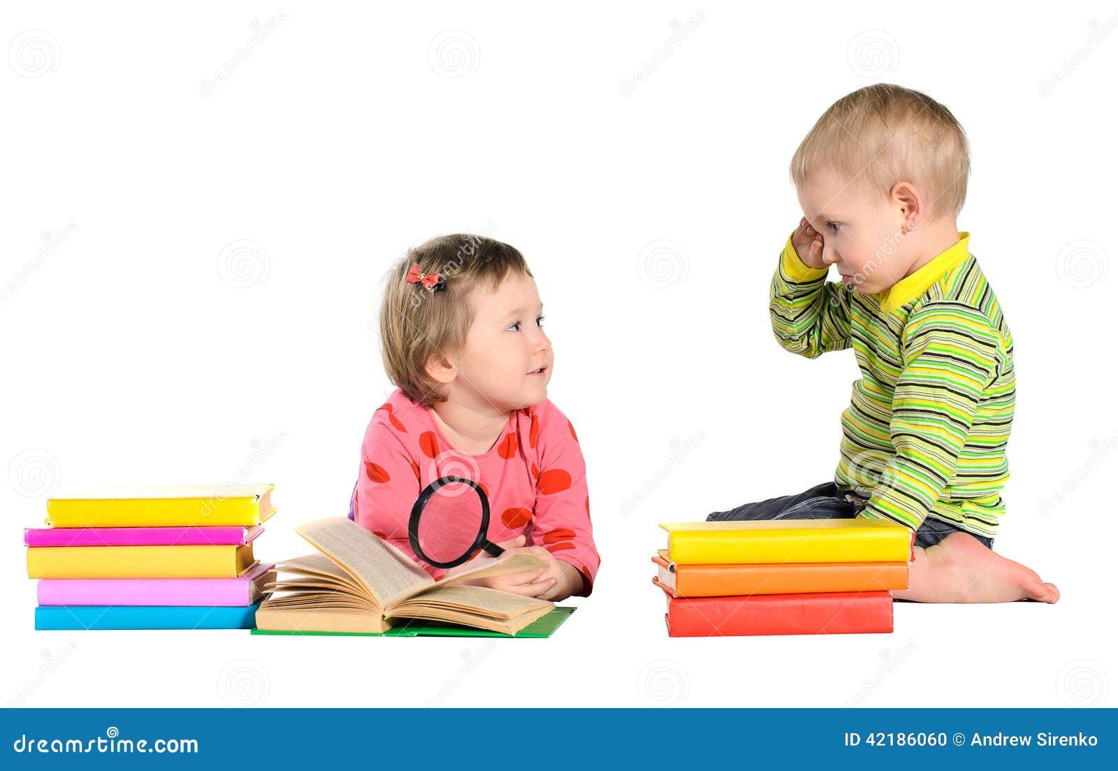 Liten flicka och pojke med böcker