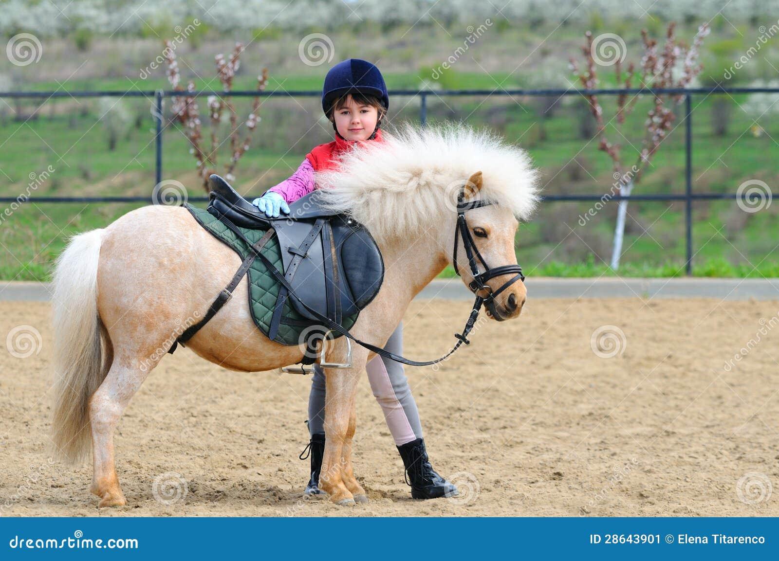 Liten flicka och ponny