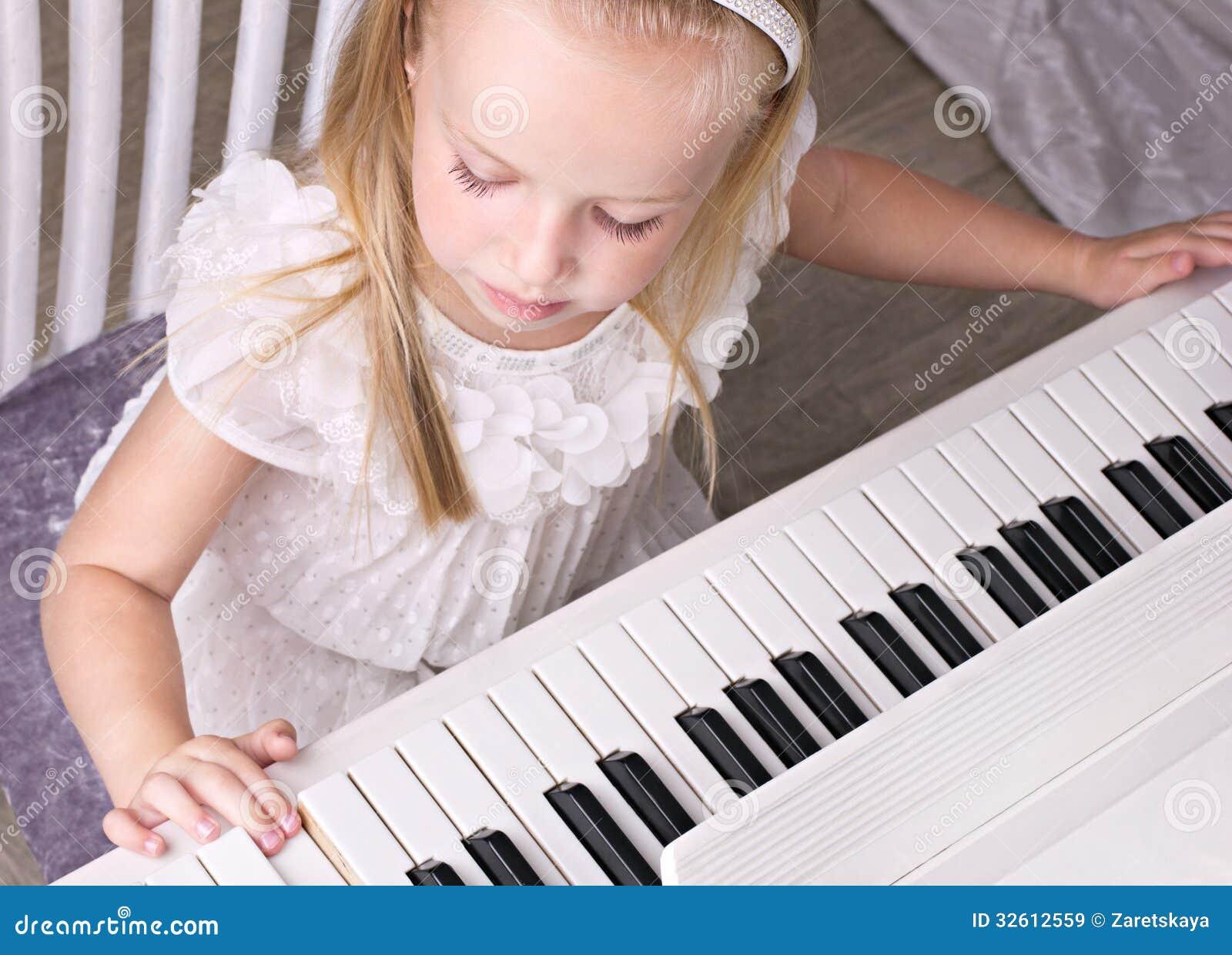 Liten flicka på pianot
