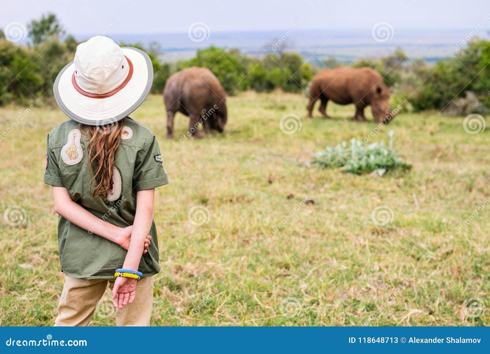 Liten flicka på safari