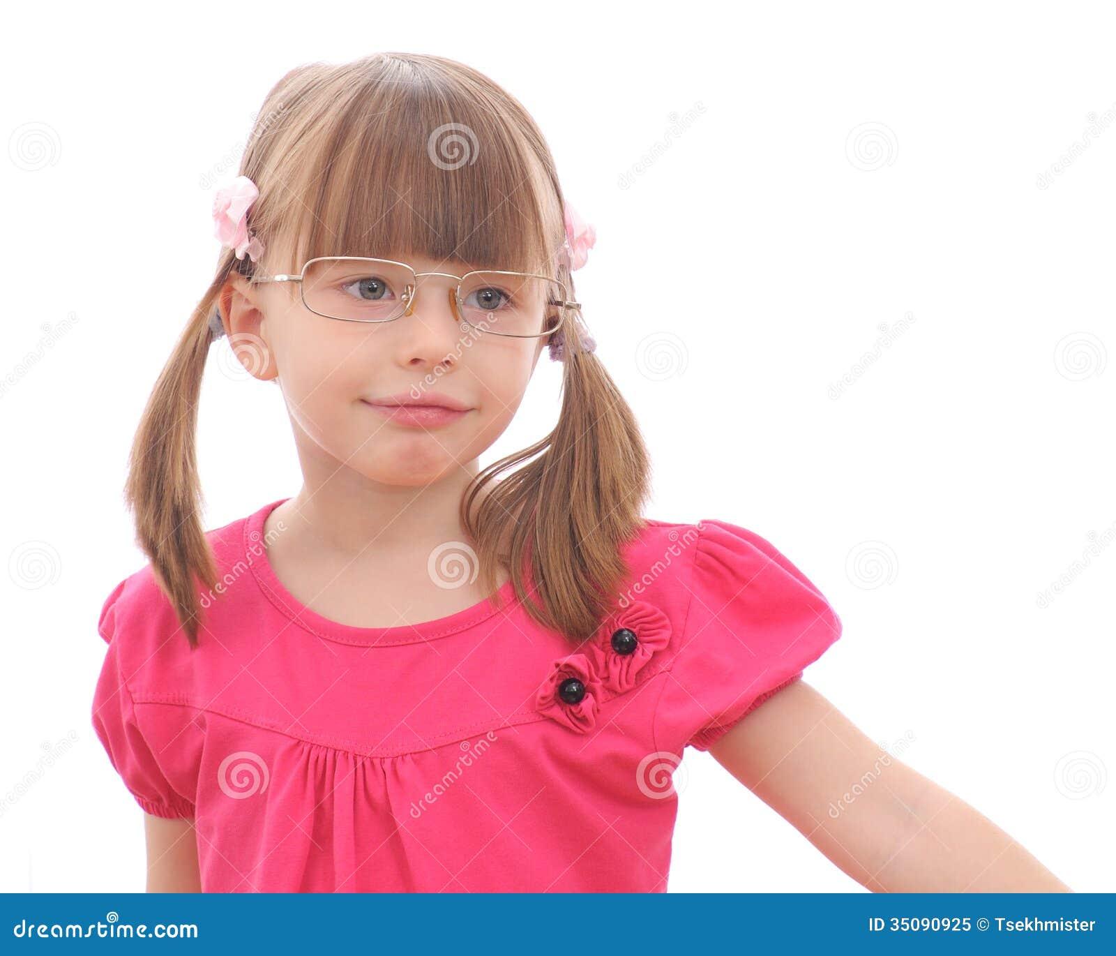 Liten flicka på vit bakgrund