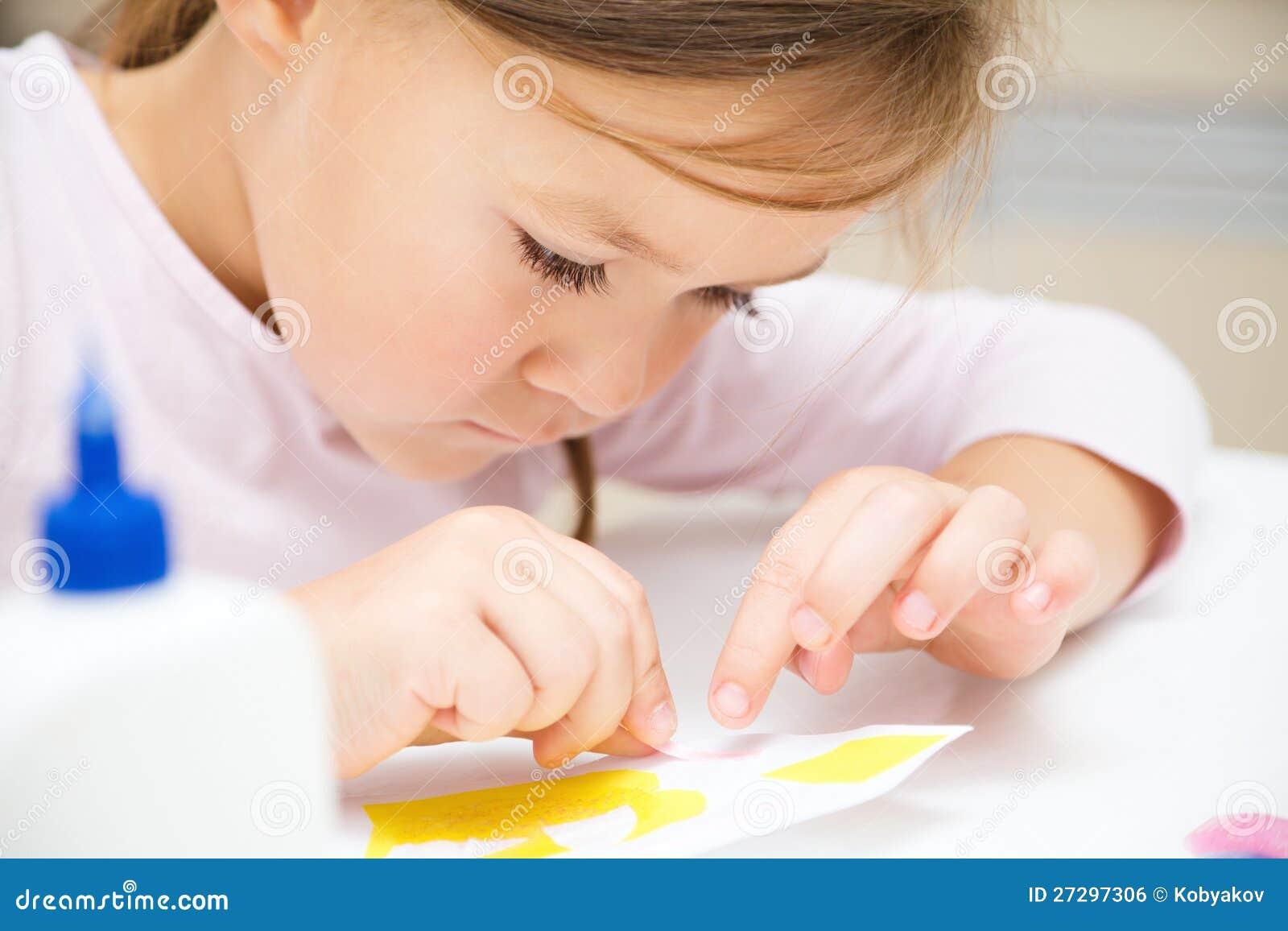 Liten flicka som gör konsthantverk i förträning