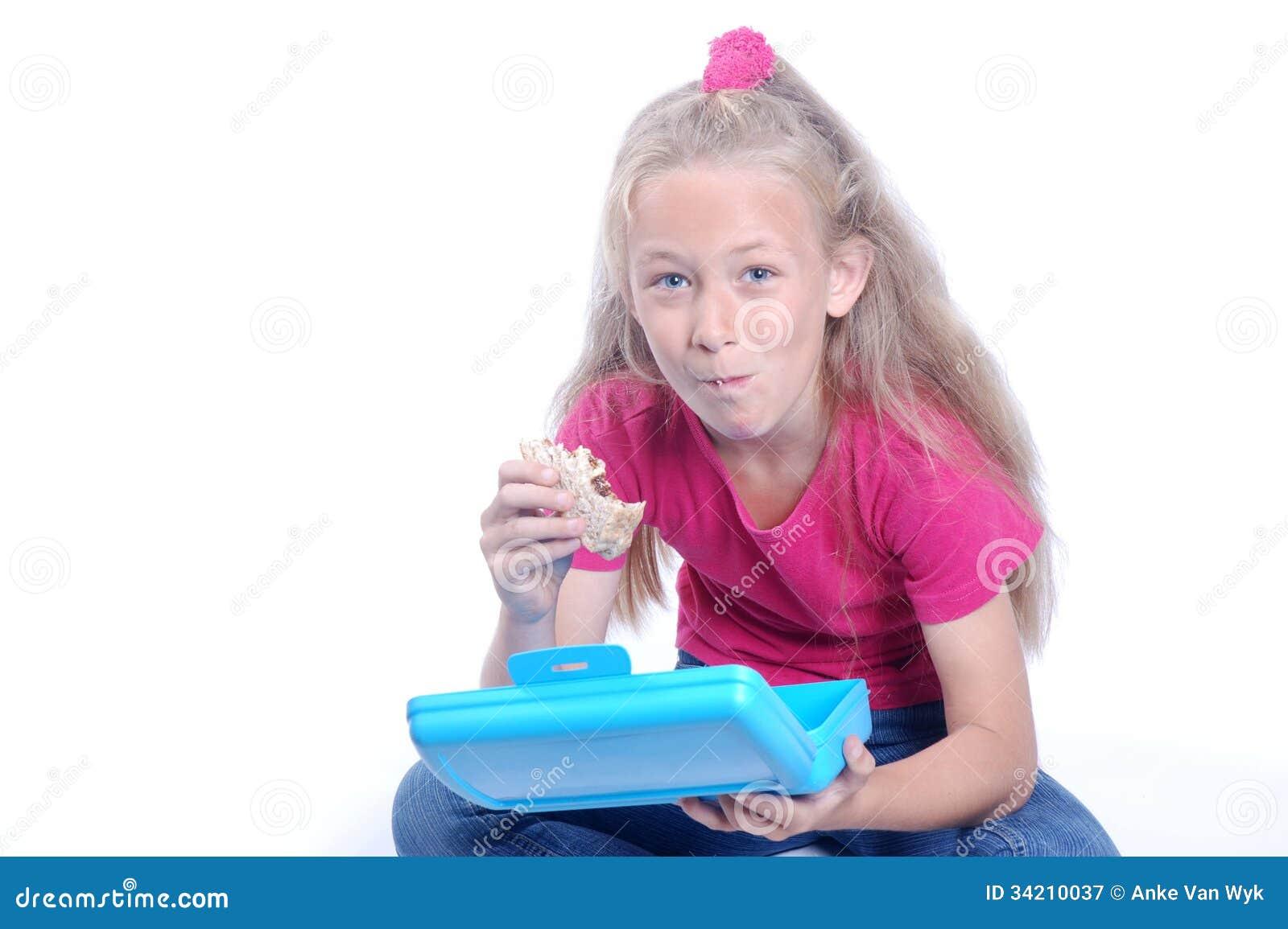 Liten flicka som har lunch
