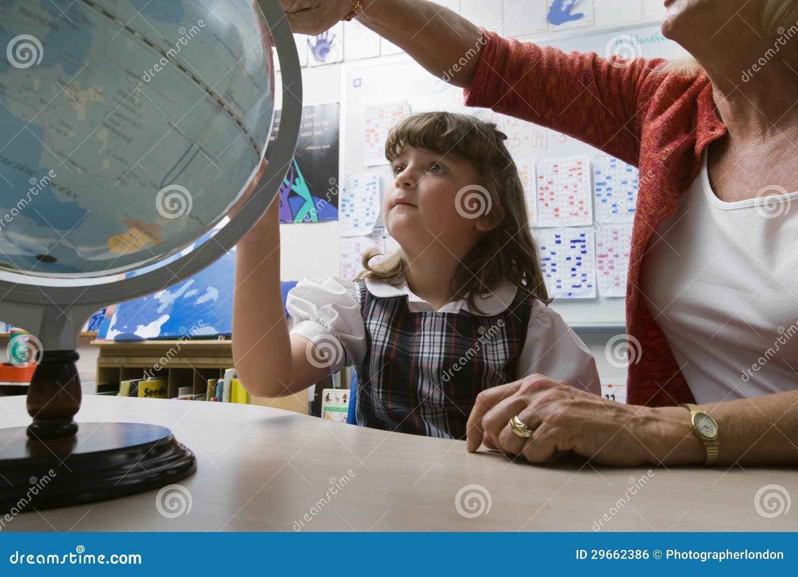 Liten flicka som lär geografi