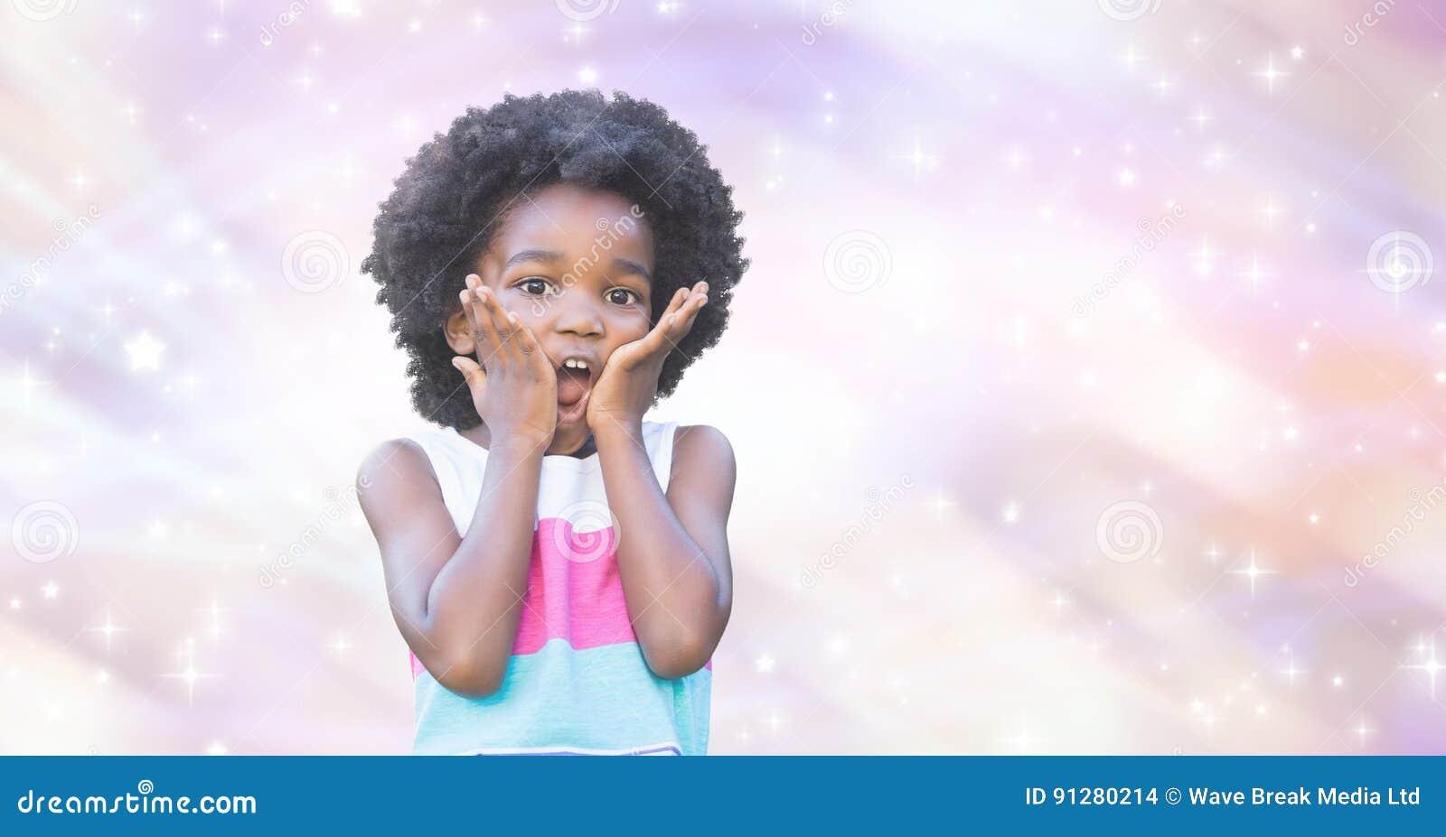 Liten flicka som trycker på kinder med händer