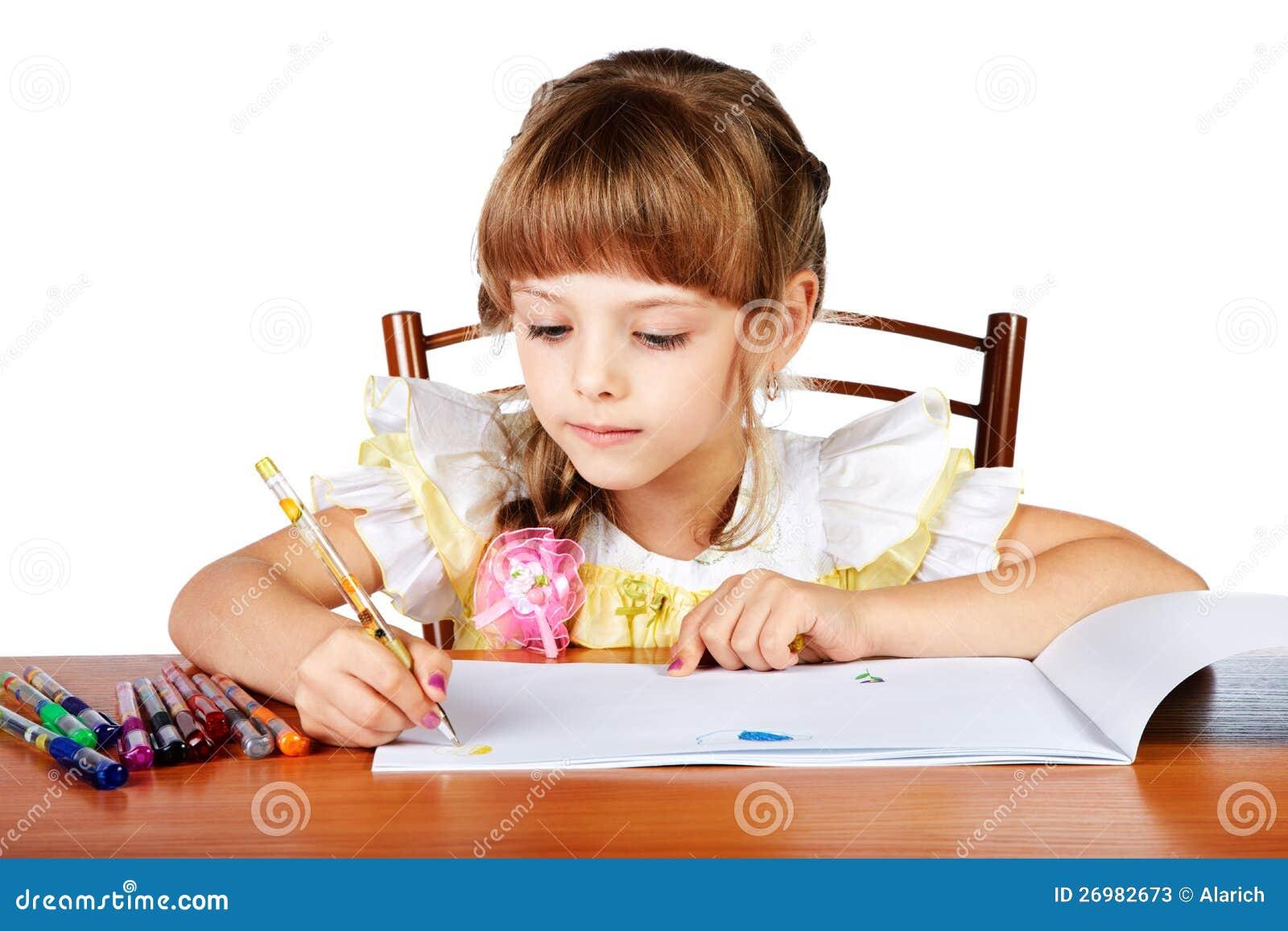 Liten flicka tecknar i ett album