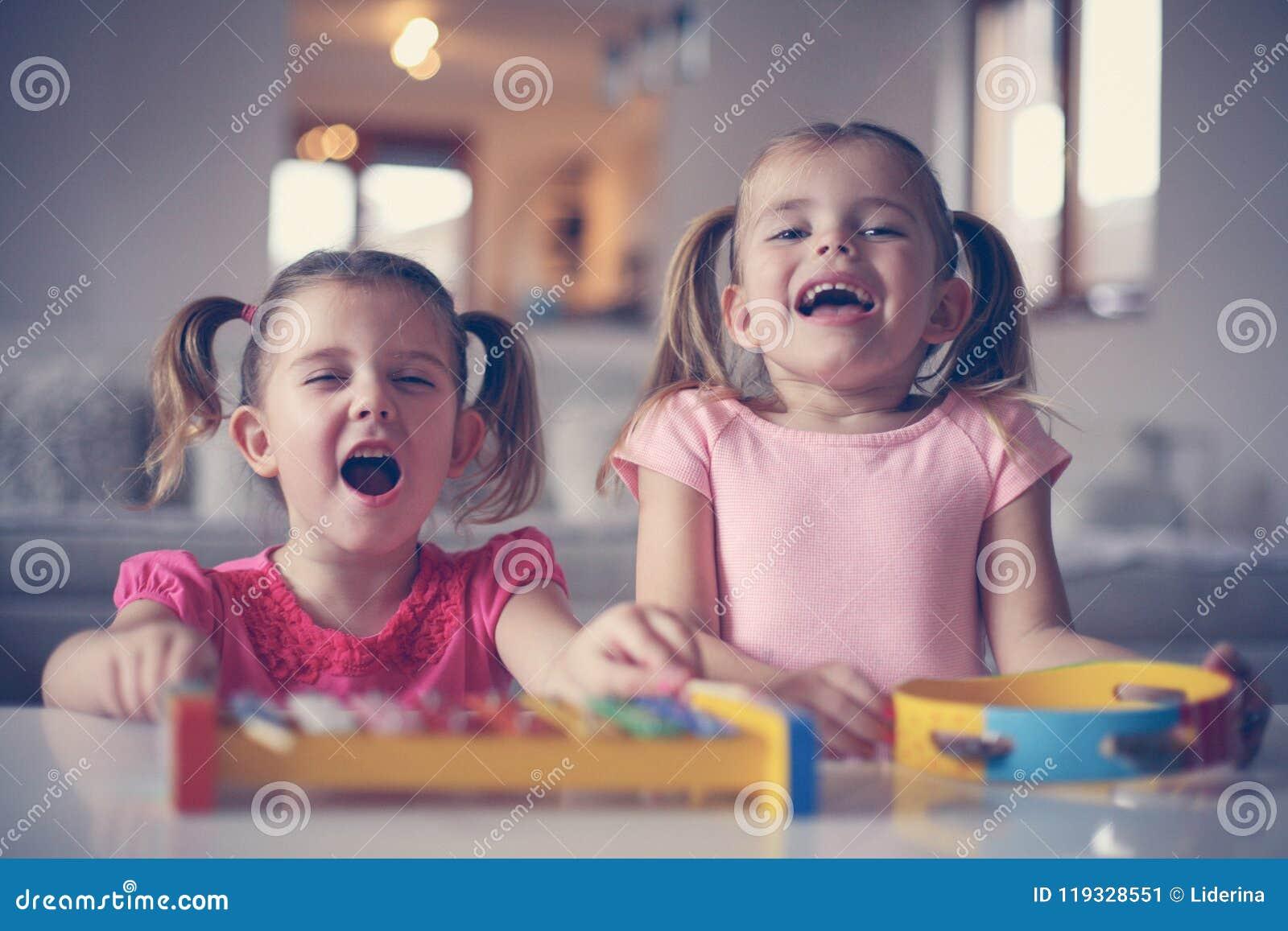 Liten flicka två på musikskolan