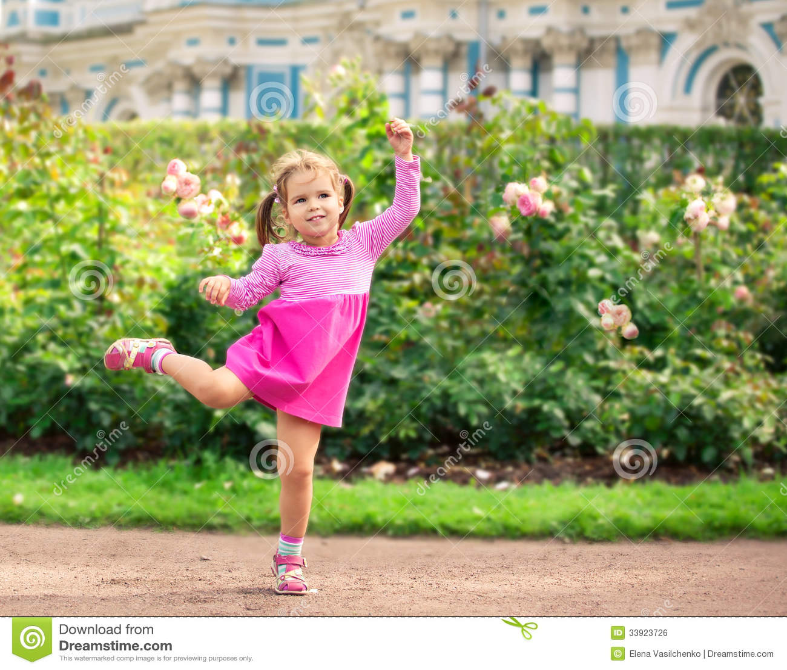 Liten flickadans i parkera som ballerina