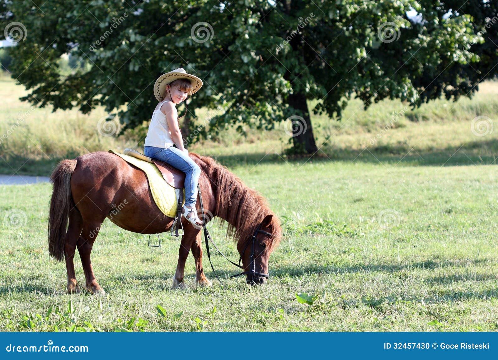 Liten flickaridninghäst