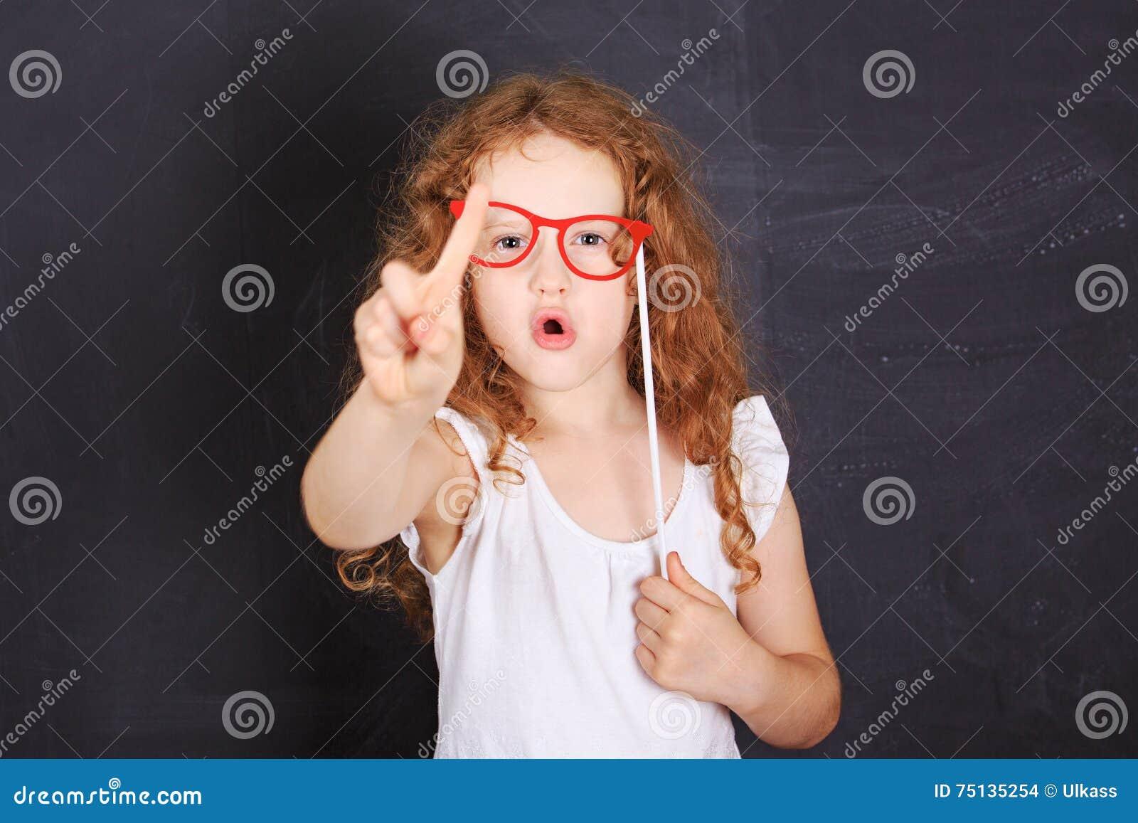 Liten flickavisning som skakar fingret som säger inte