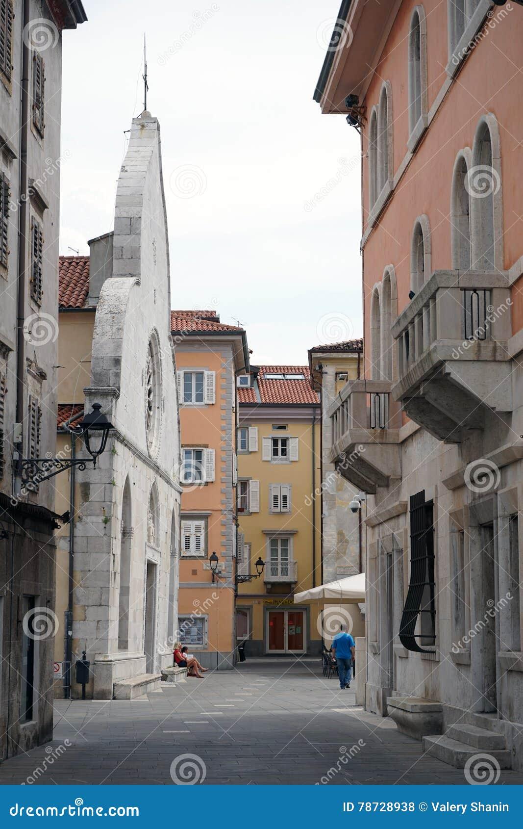 Liten gata nära katolsk kyrka