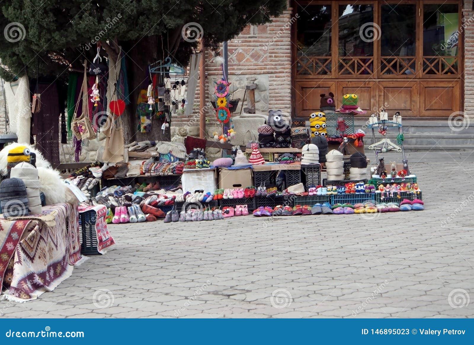 Liten gatahandel p? gatan av en liten georgisk stad