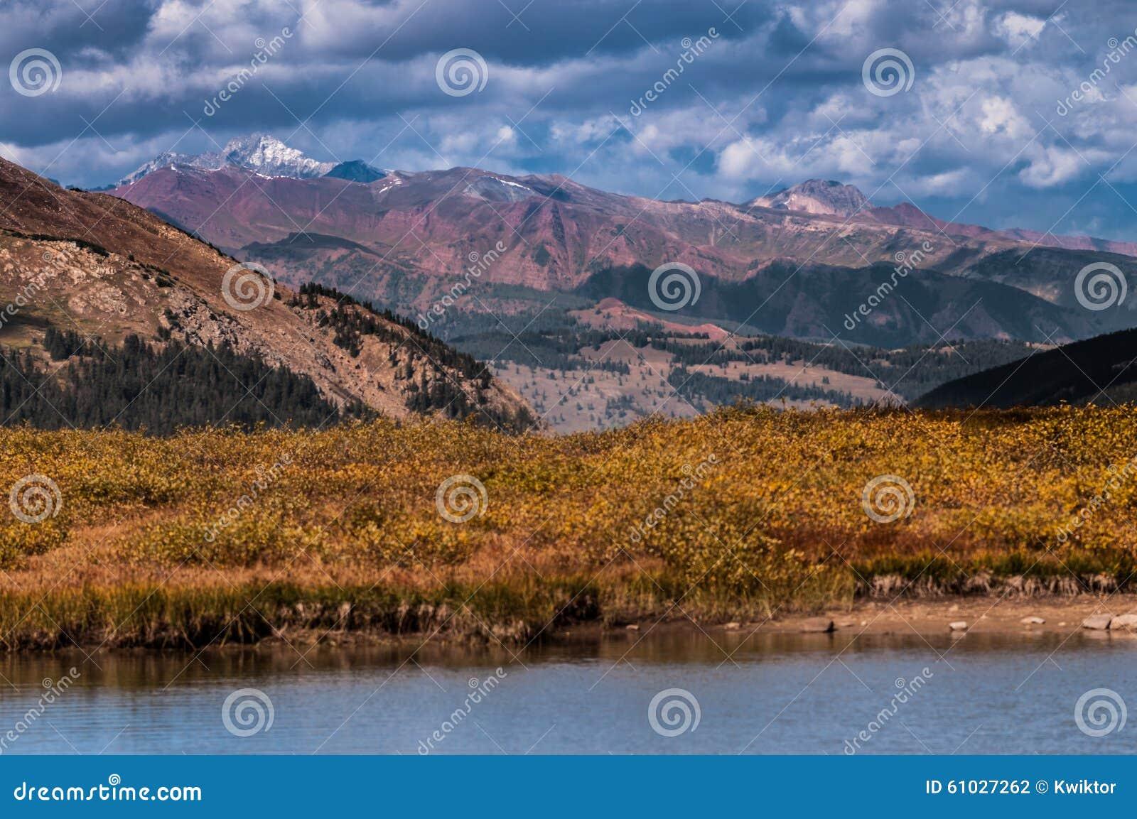 Liten glaciär sjö överst av självständighetpasserandet Colorado
