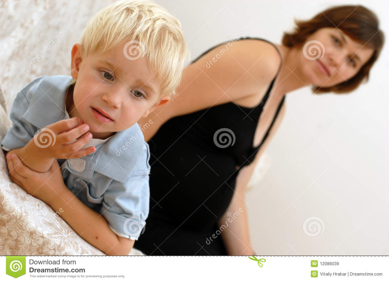 Liten gravid kvinna för pojke