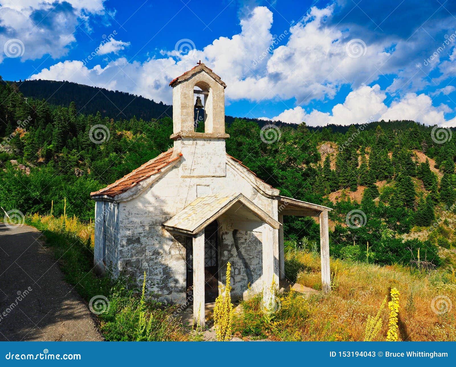 Liten grekisk ortodox kyrka på bergsidan, Grekland