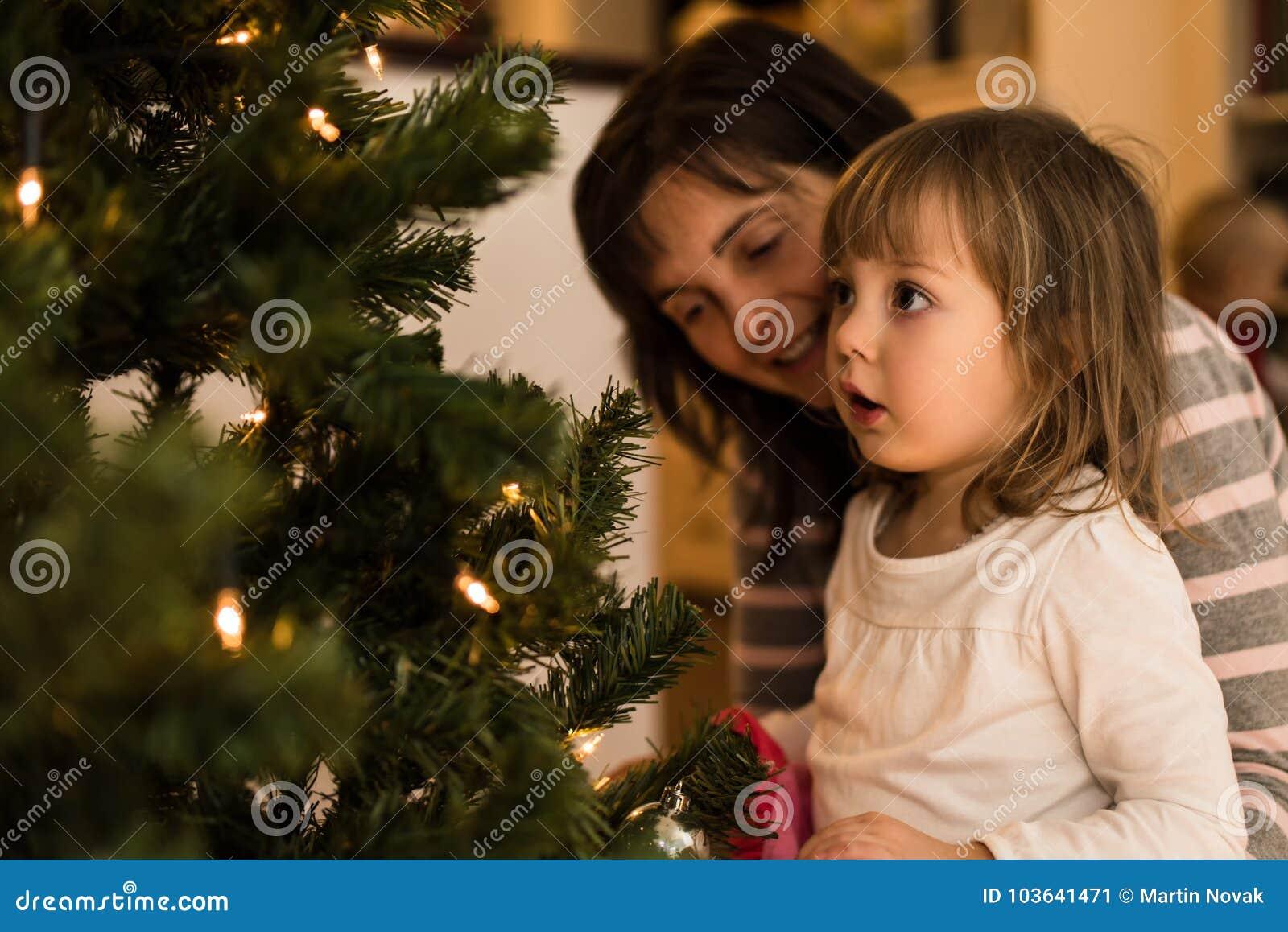 Liten häpen flicka med hennes hemmastadda moder
