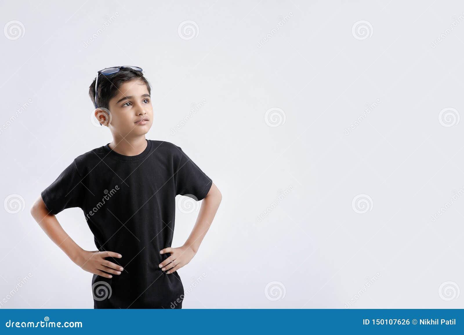 Liten indisk/asiatisk pojkevisninginställning över vit bakgrund