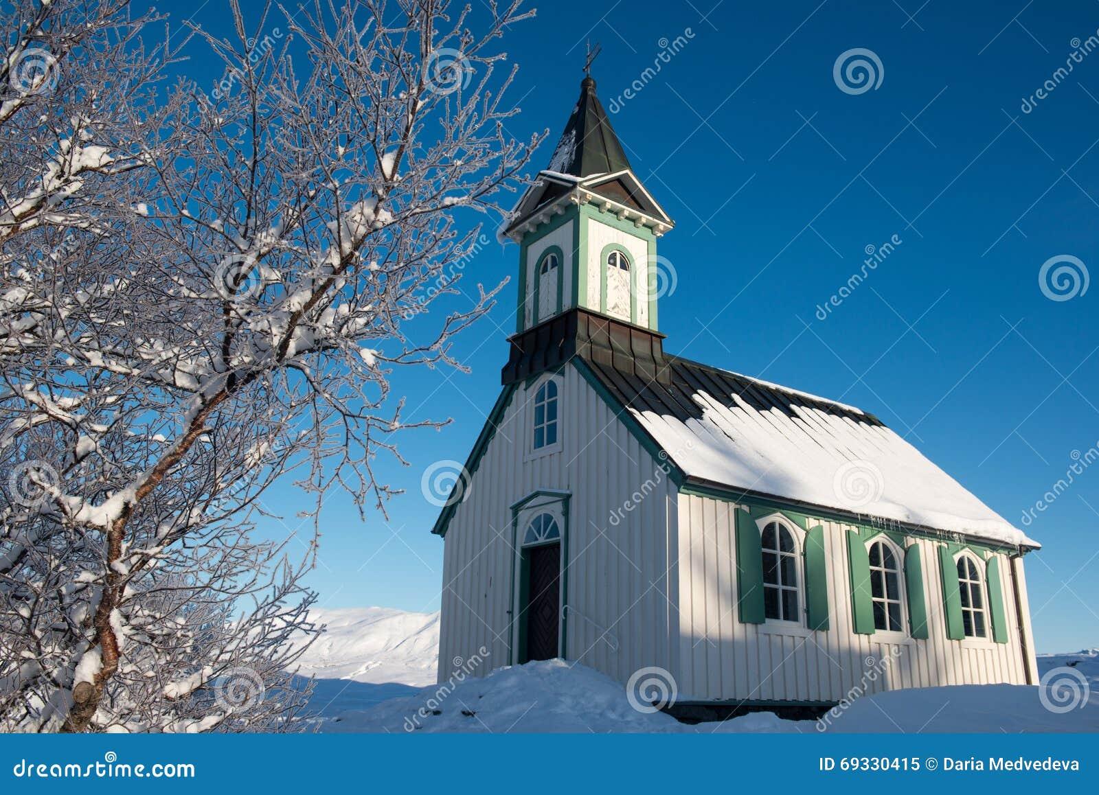 Liten kyrka i den Thingvellir nationalparken på vintern, Island