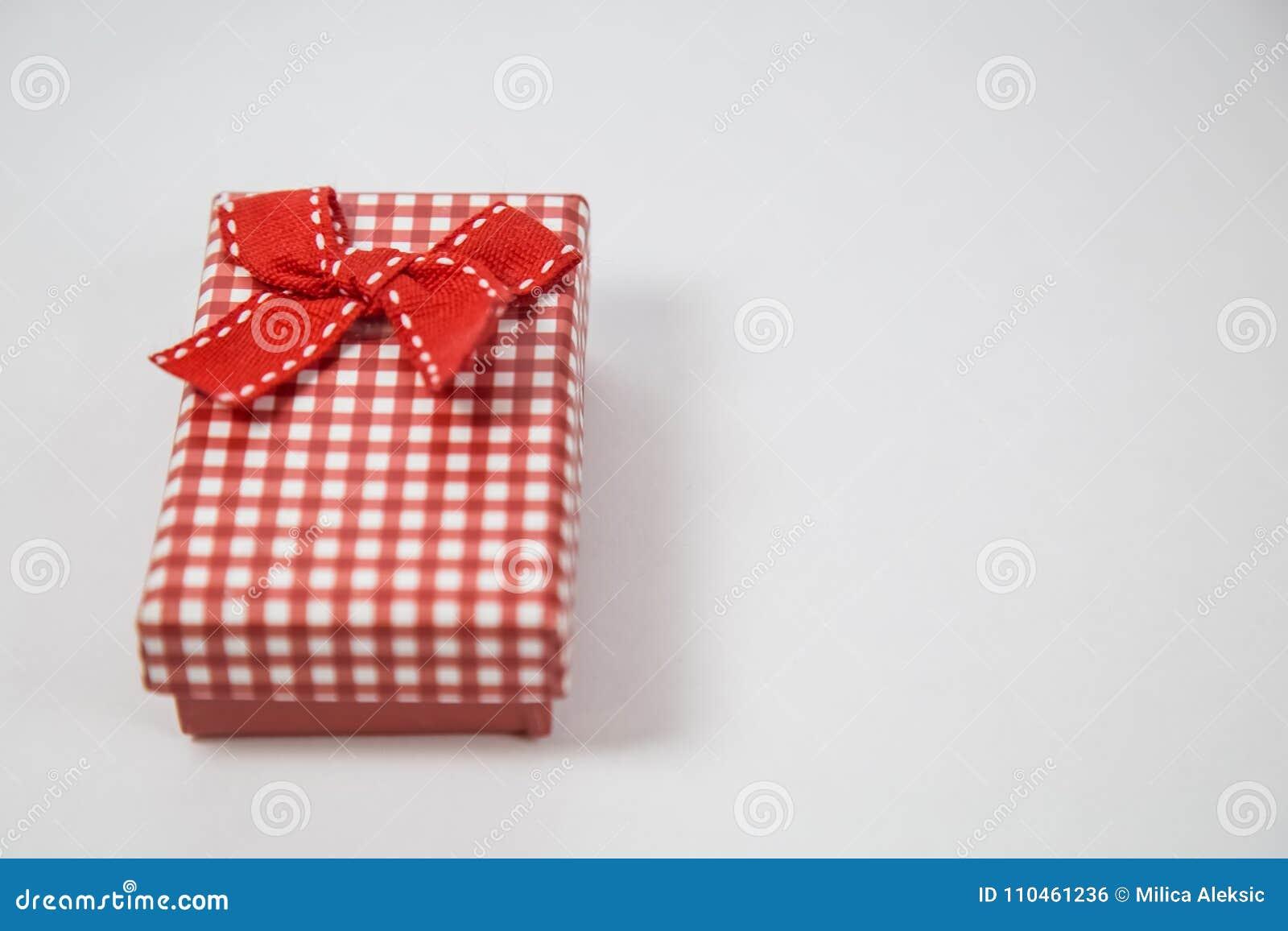 Liten röd gåvaask som isoleras på vit bakgrund Minsta begrepp