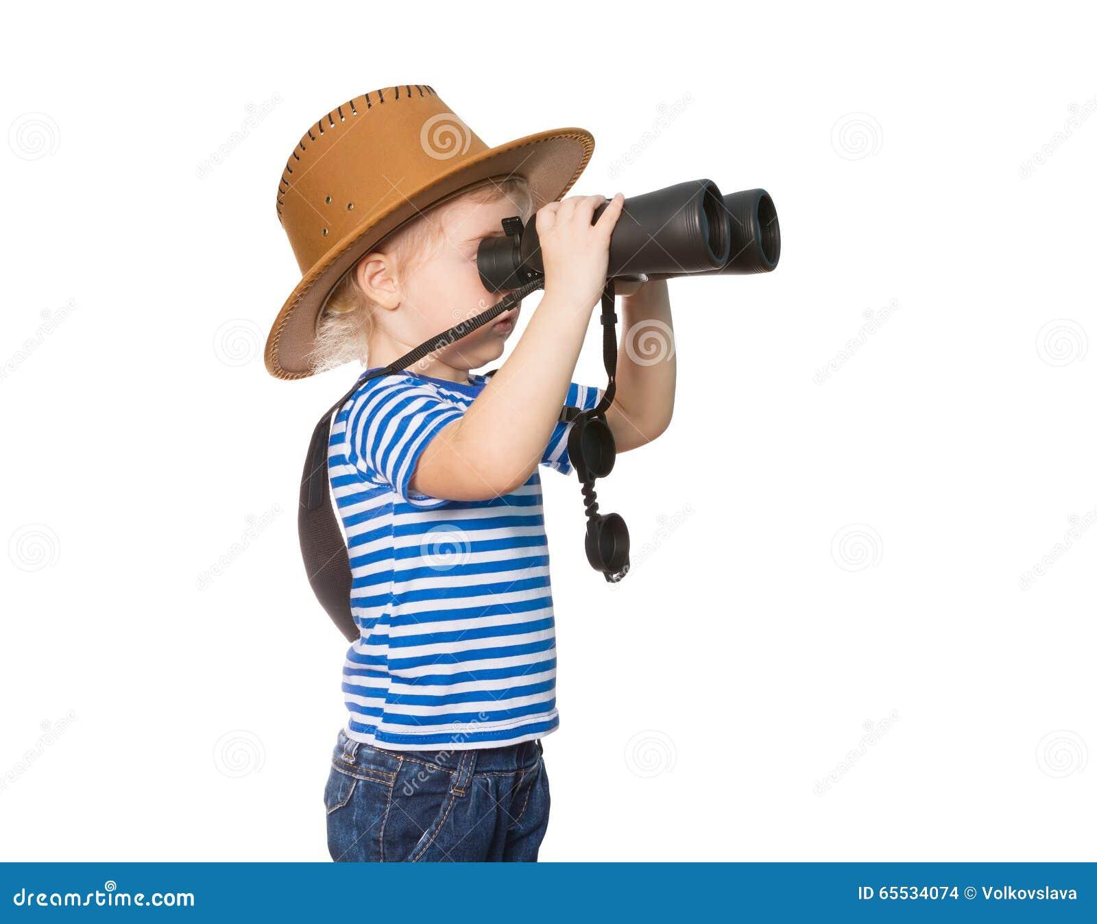Liten rolig flicka som ser till och med kikare