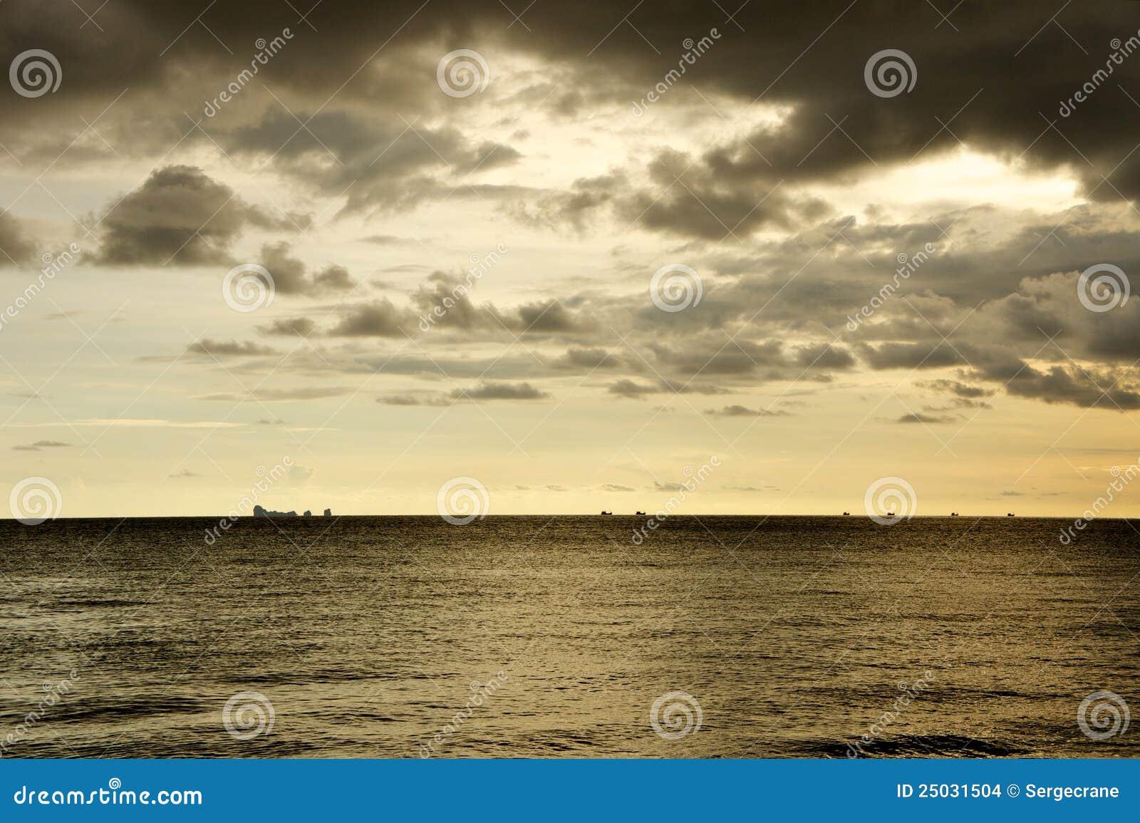 Liten solnedgång för shipssilhouettessky