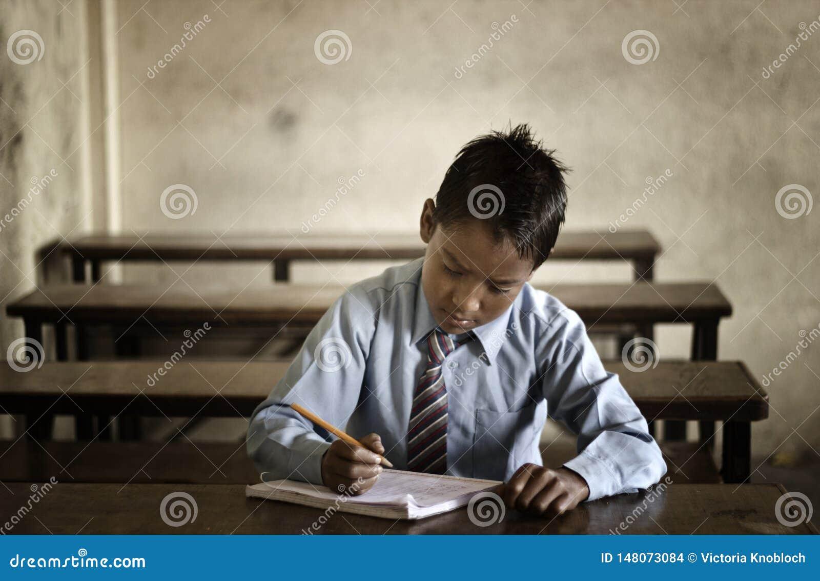 Liten student i Katmandu
