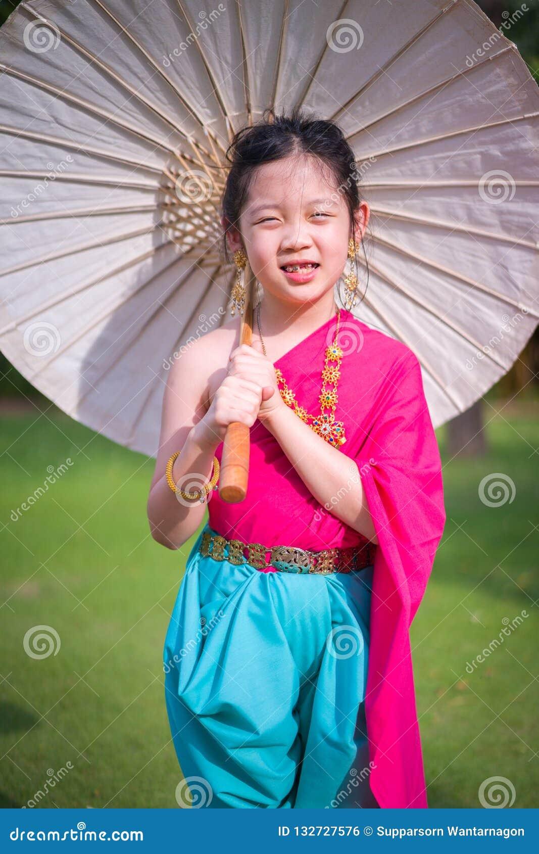 Liten thailändsk flicka, barn, i traditionell thailändsk dräkt