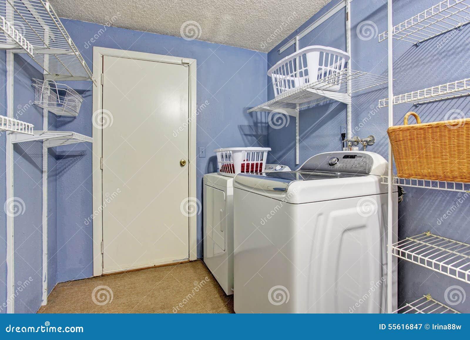 Liten Tvättstuga Med Vintergrönaväggar Arkivfoto - Bild: 55616847