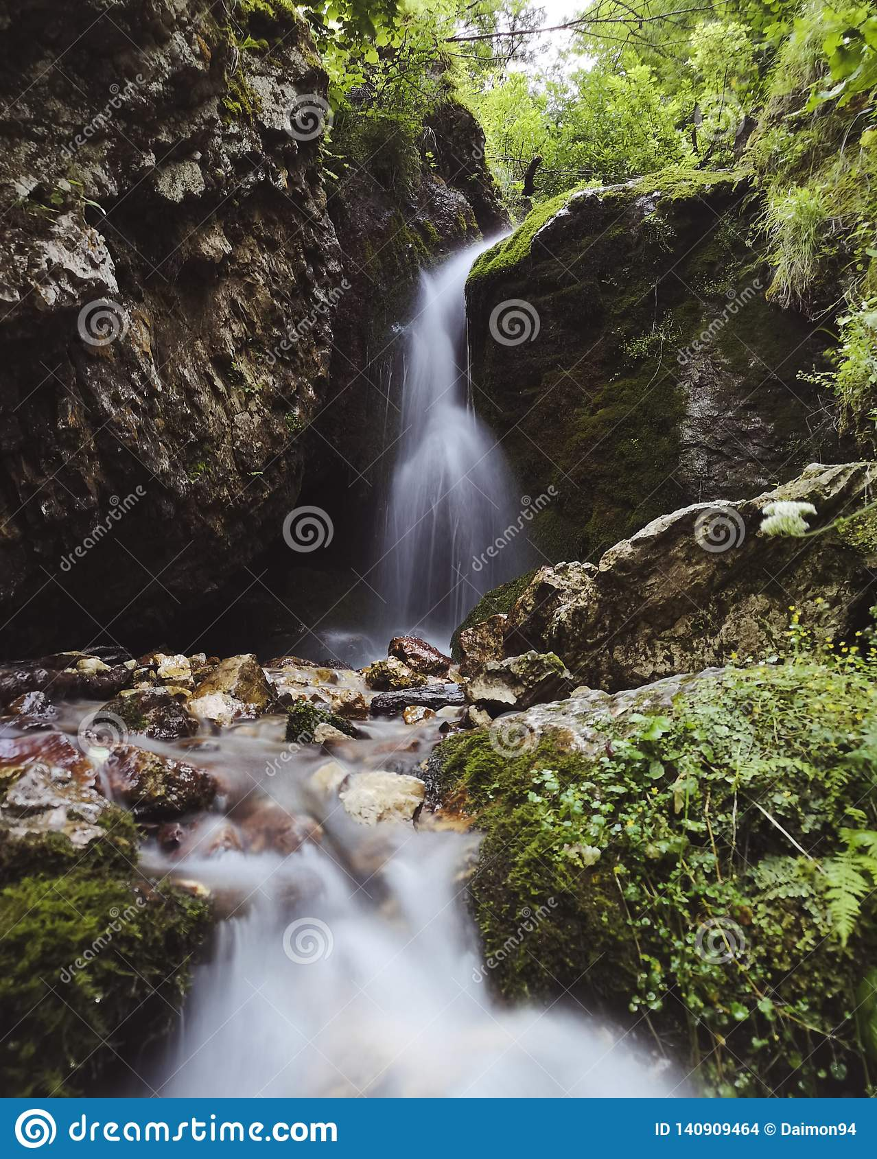 Liten vattenfall i norr Ossetia