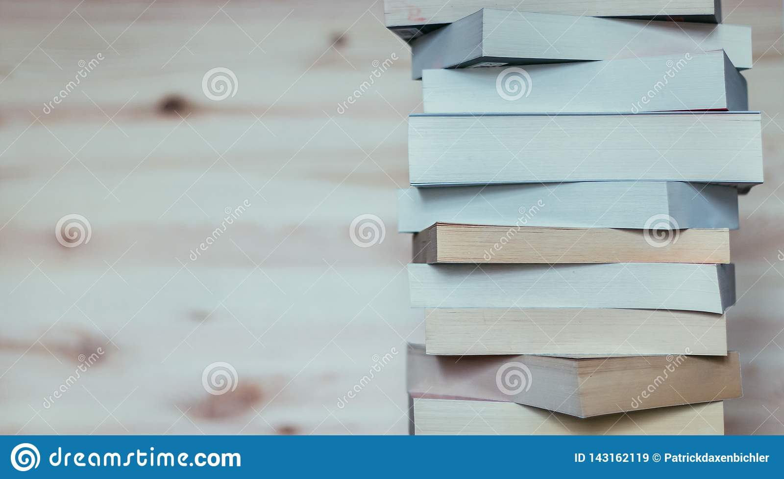 Literatura para el estudio: Pila de libros en el tablero de madera