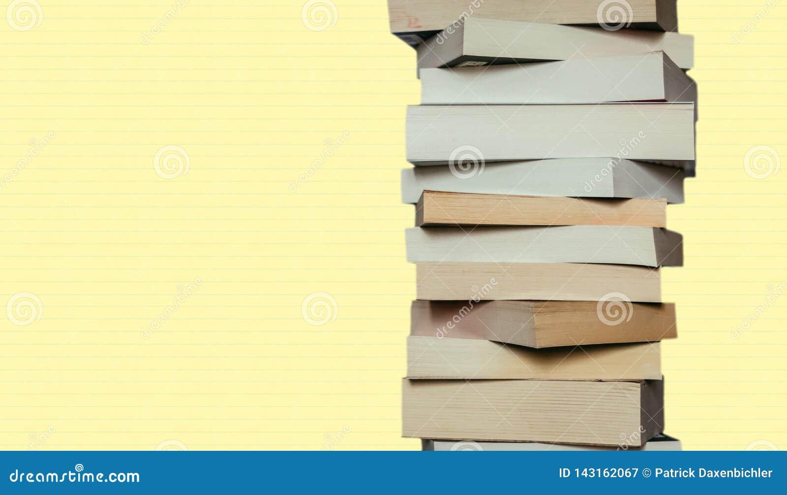 Literatura para el estudio: Pila de libros; yellowbackground