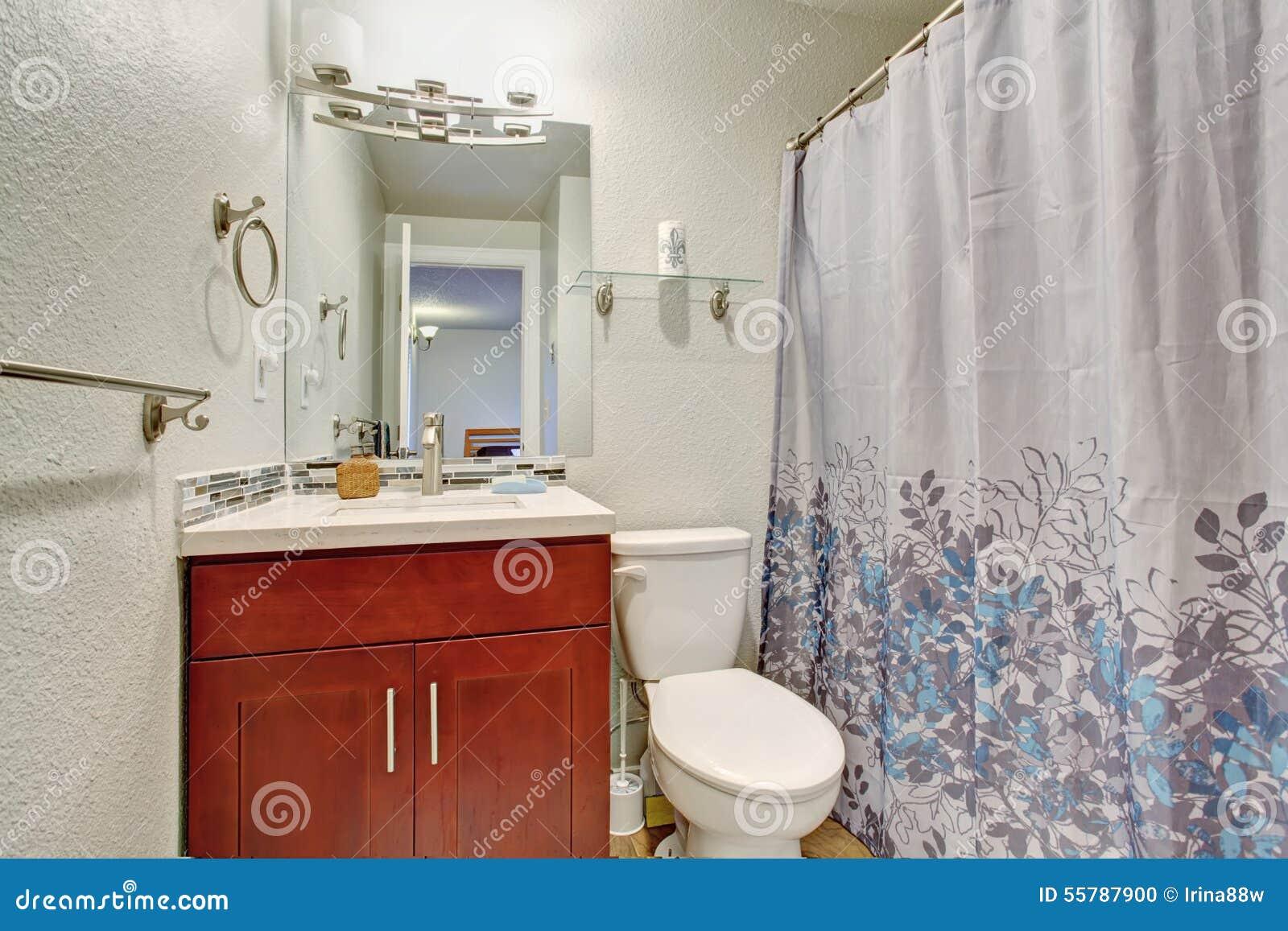 Litet badrum med den fulla badduschen arkivfoto   bild: 55787900