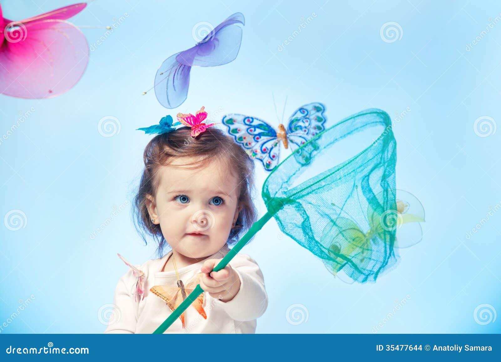 Litet barn som fångar fjärilar