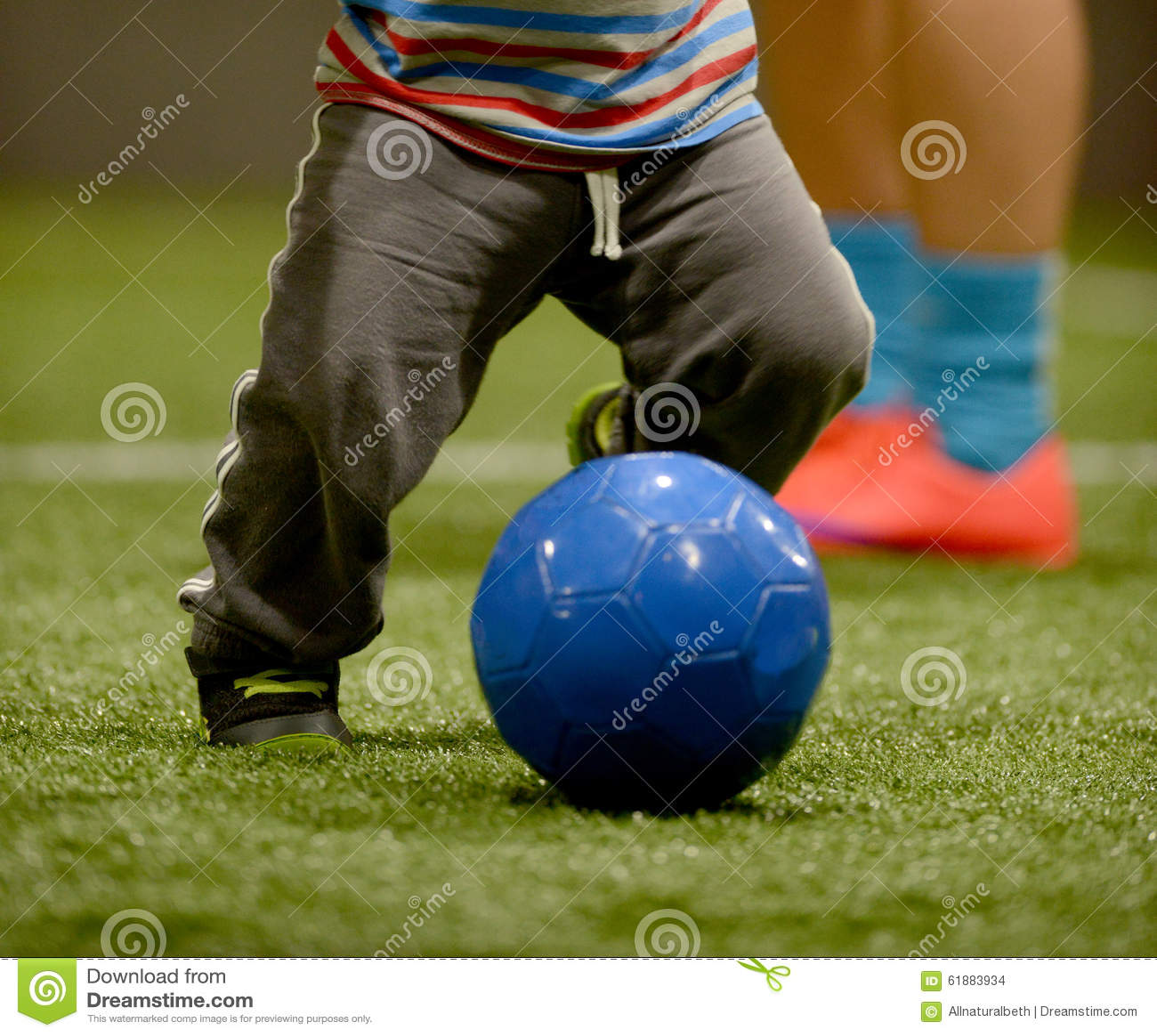 Litet barn som spelar fotboll