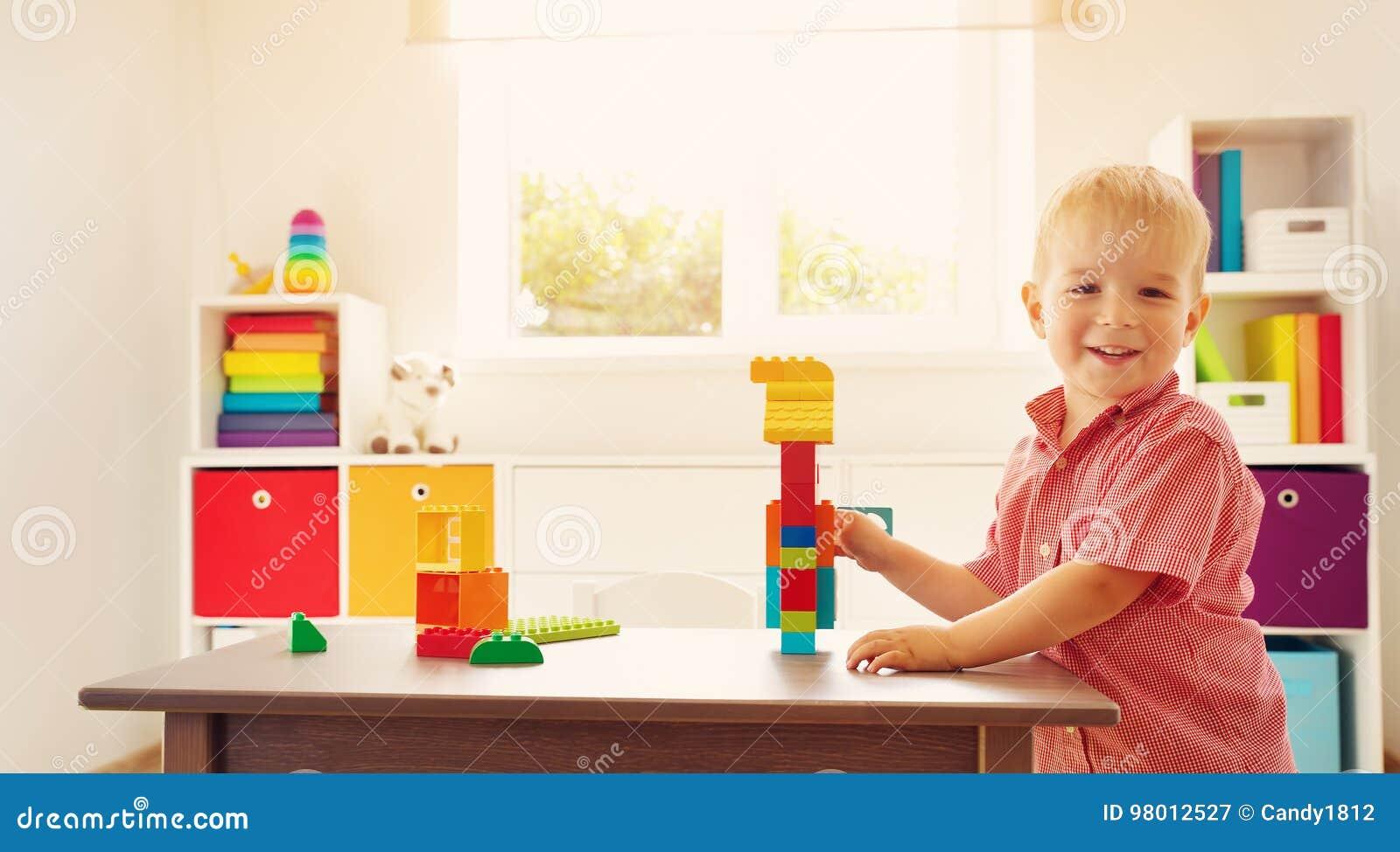 Litet barn som spelar med kvarter