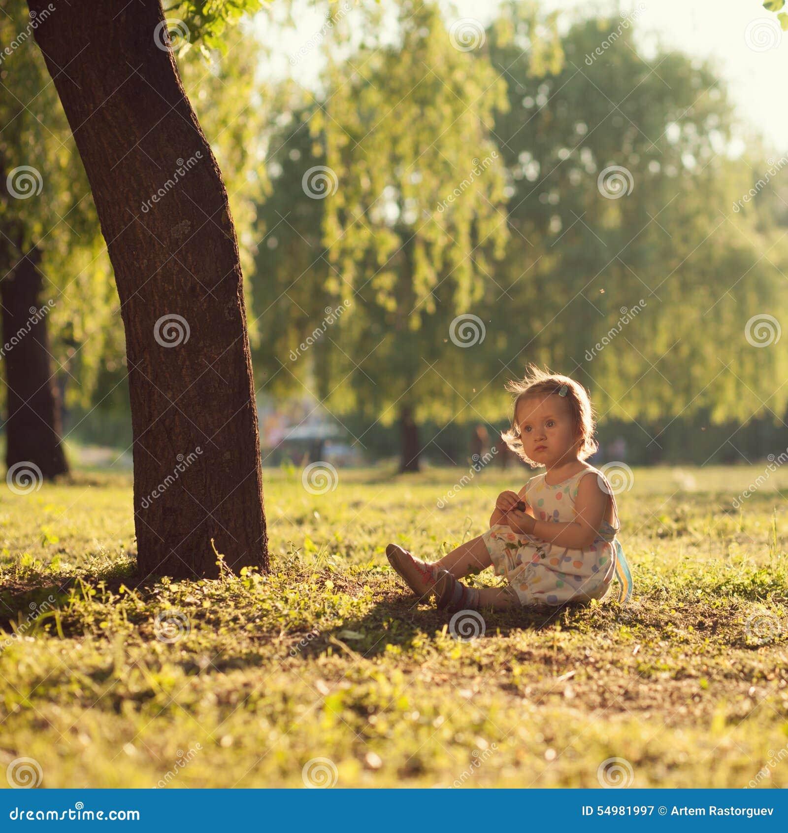Litet barnsammanträde under trädet