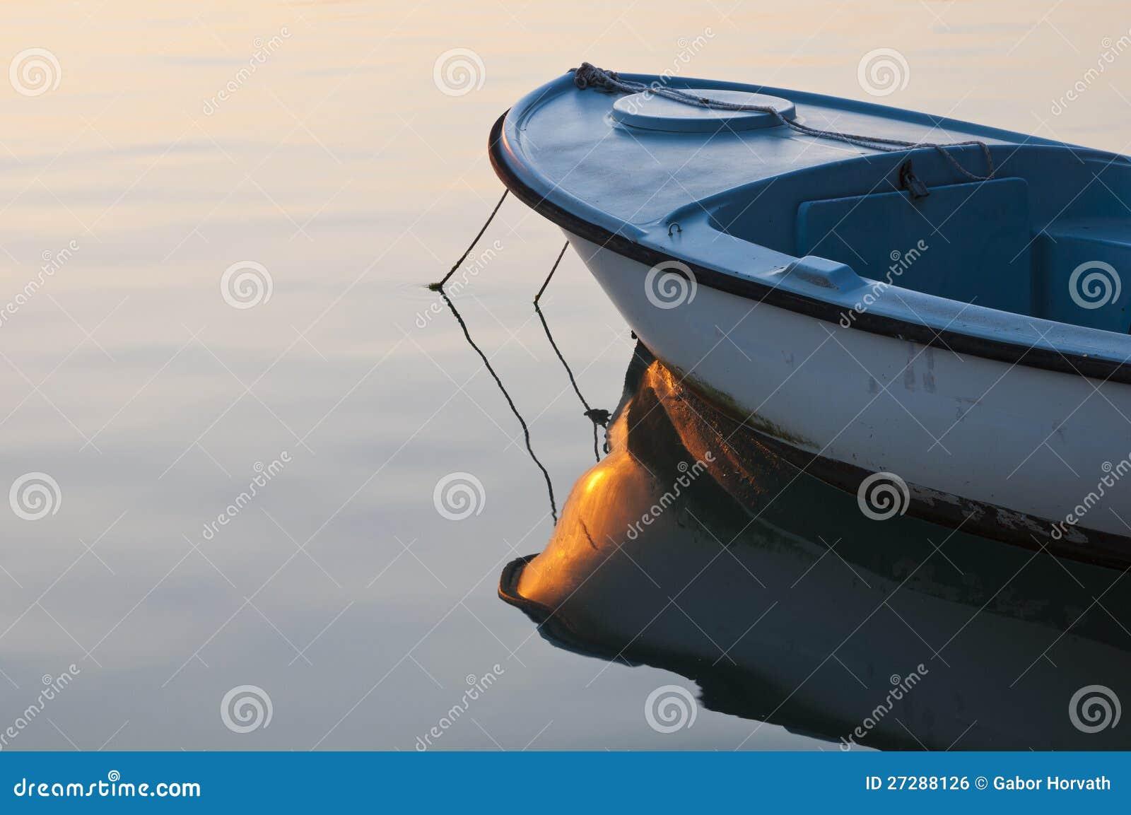 Litet fartyg i soluppgånglampa