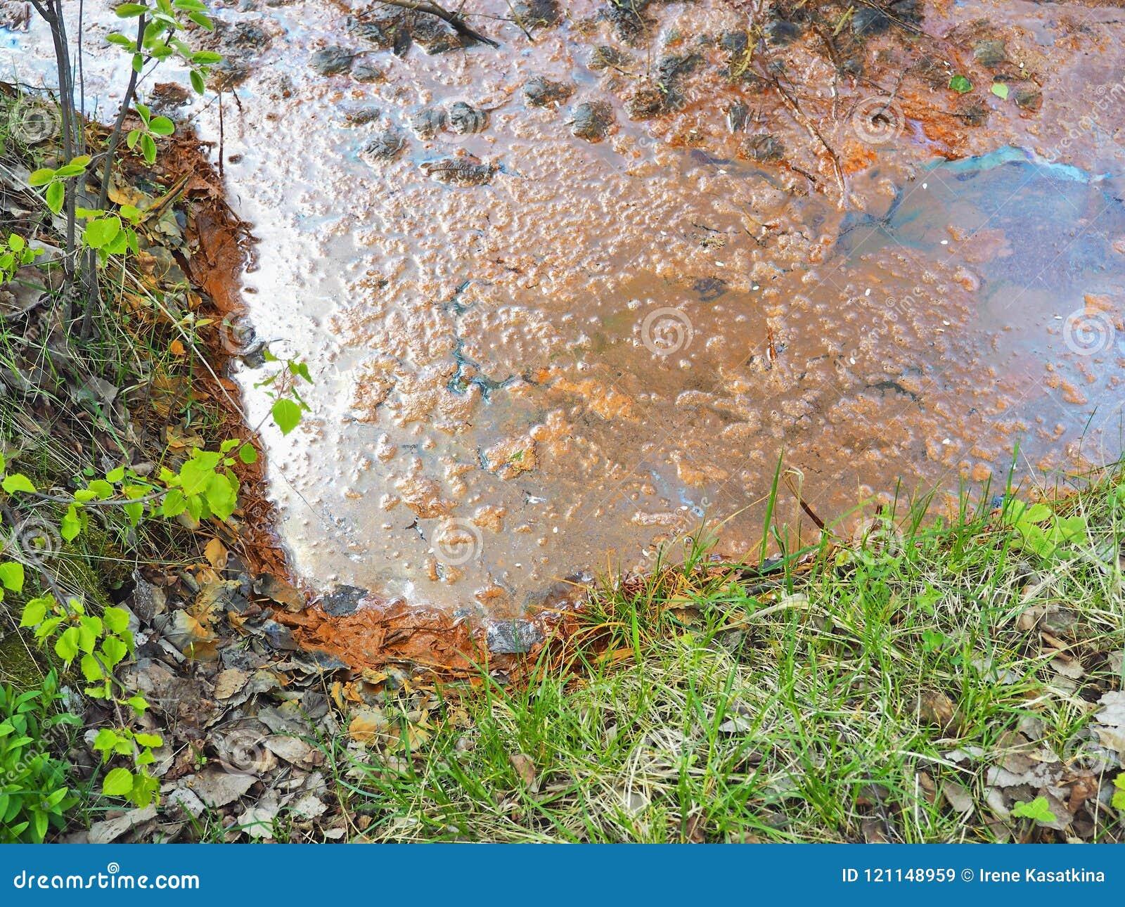 Litet flodvatten som förorenas av rost och fast avfalls Kloak i natur ekologisk katastrof
