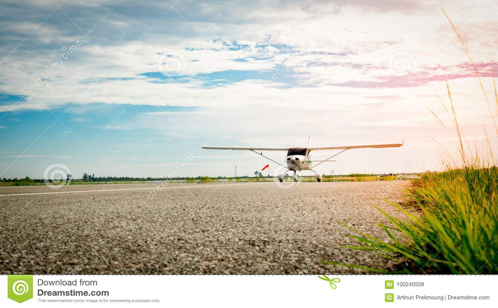 Litet flygplan som kommer på en taxiway i morgonen ljus livstid Hög tillväxt och högt - riskaffärsidé