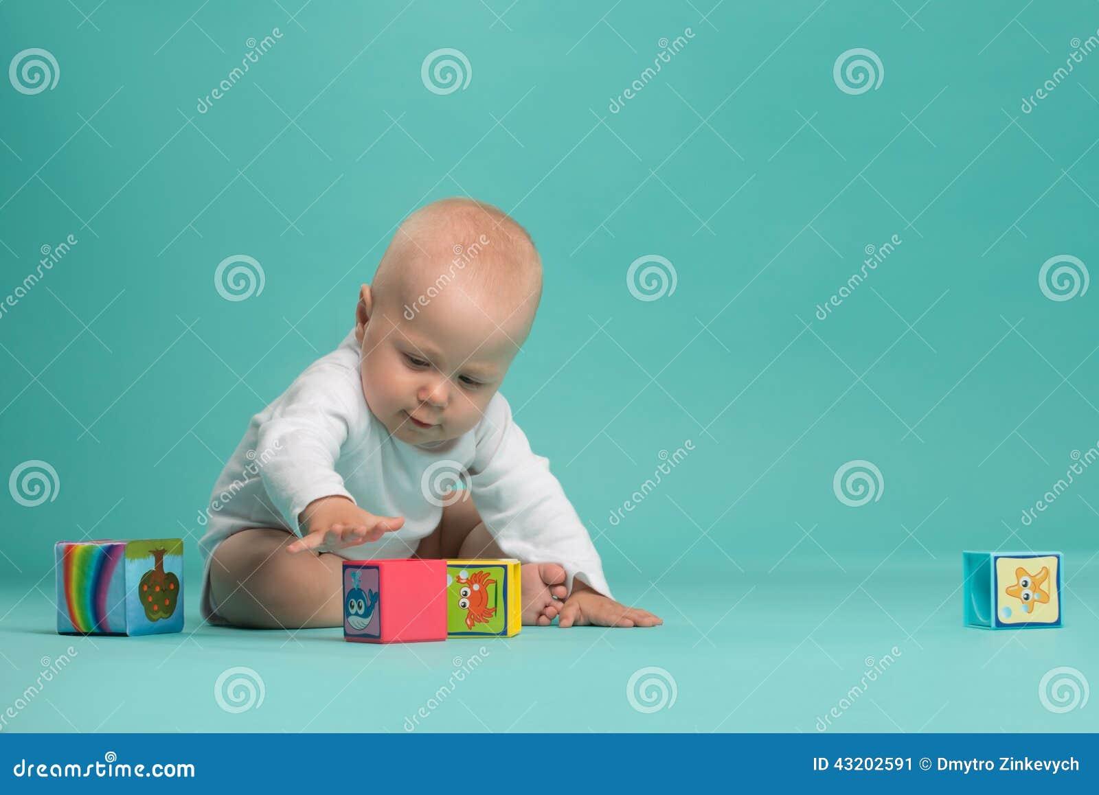 Download Litet Gulligt Behandla Som Ett Barn Pojken Som Spelar Med Färgkvarter Fotografering för Bildbyråer - Bild av caucasian, färg: 43202591