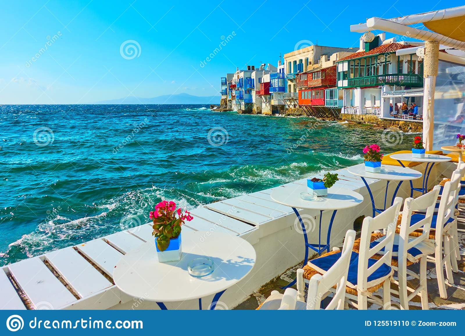 Litet kafé vid havet i Mykonos
