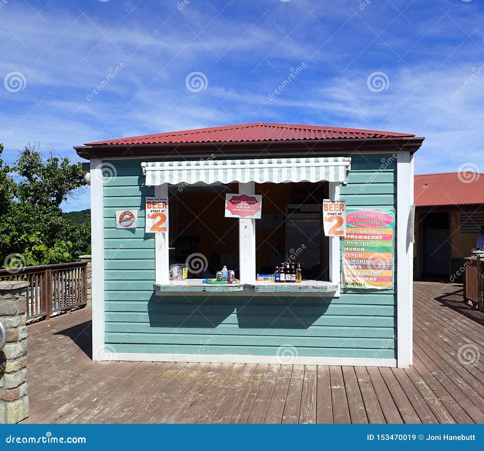 Litet lager var turister kan köpa vatten, läsk, öl och coctailar på den Coki stranden USA Jungfruöarna