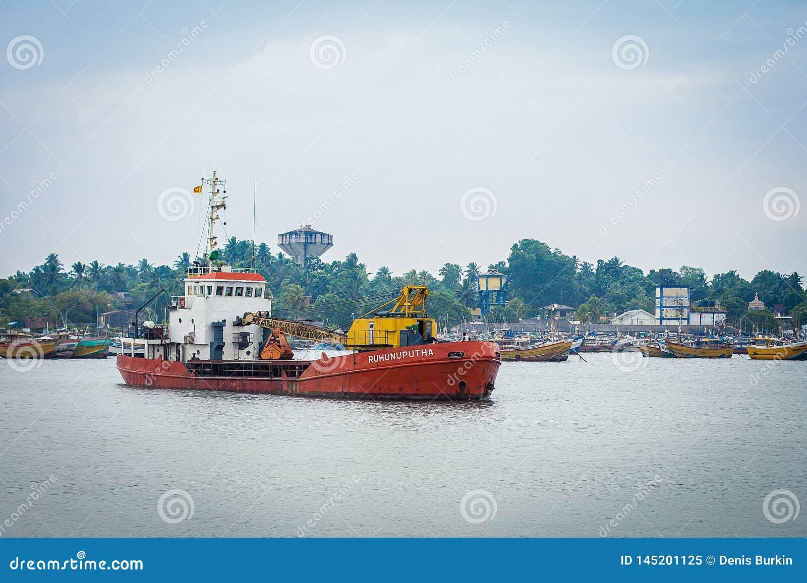 Litet lastfartyg i porten av Sri Lanka