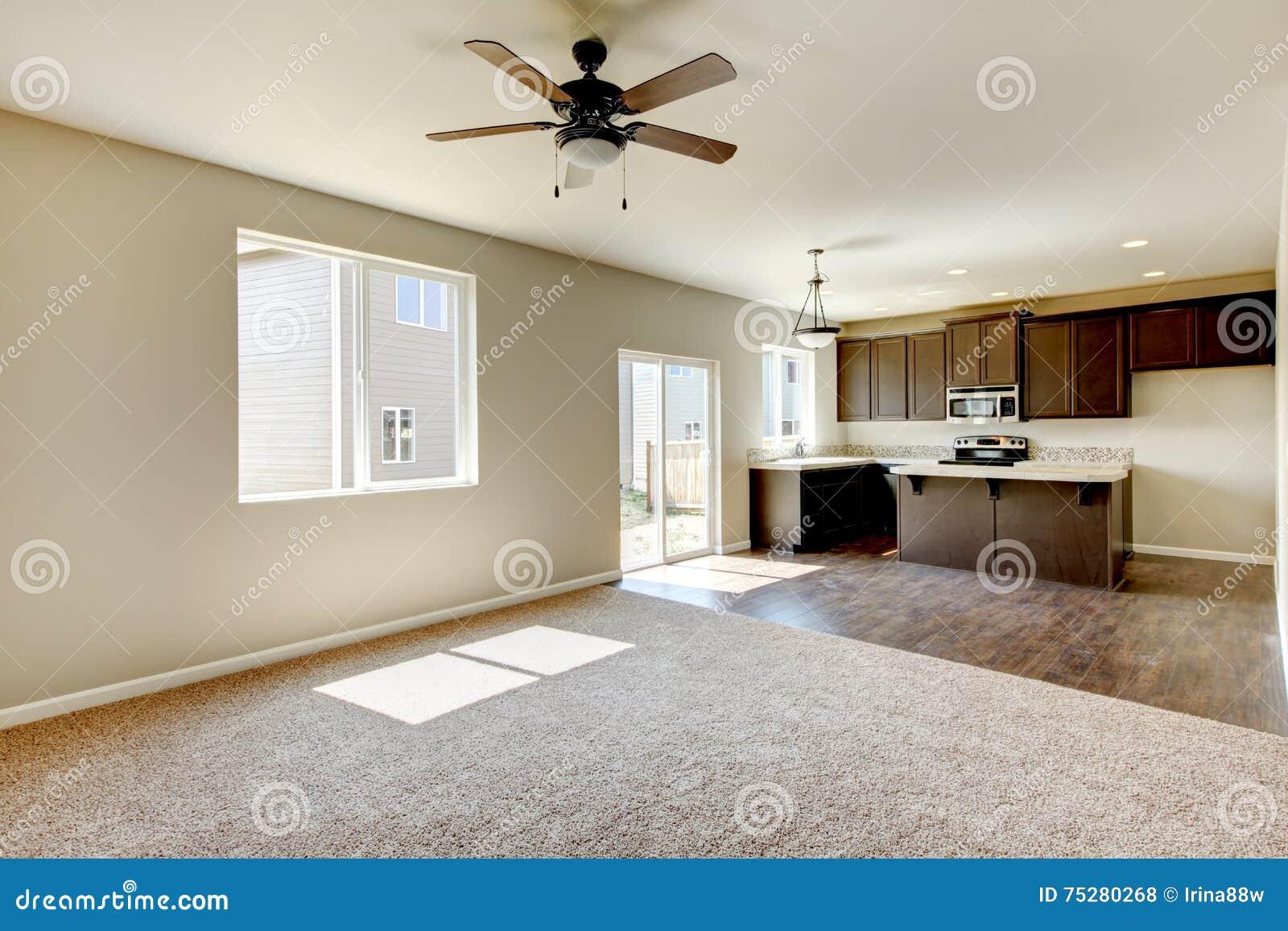 Litet ändå praktiskt kök med bruna kabinetter och ädelträdurken ...